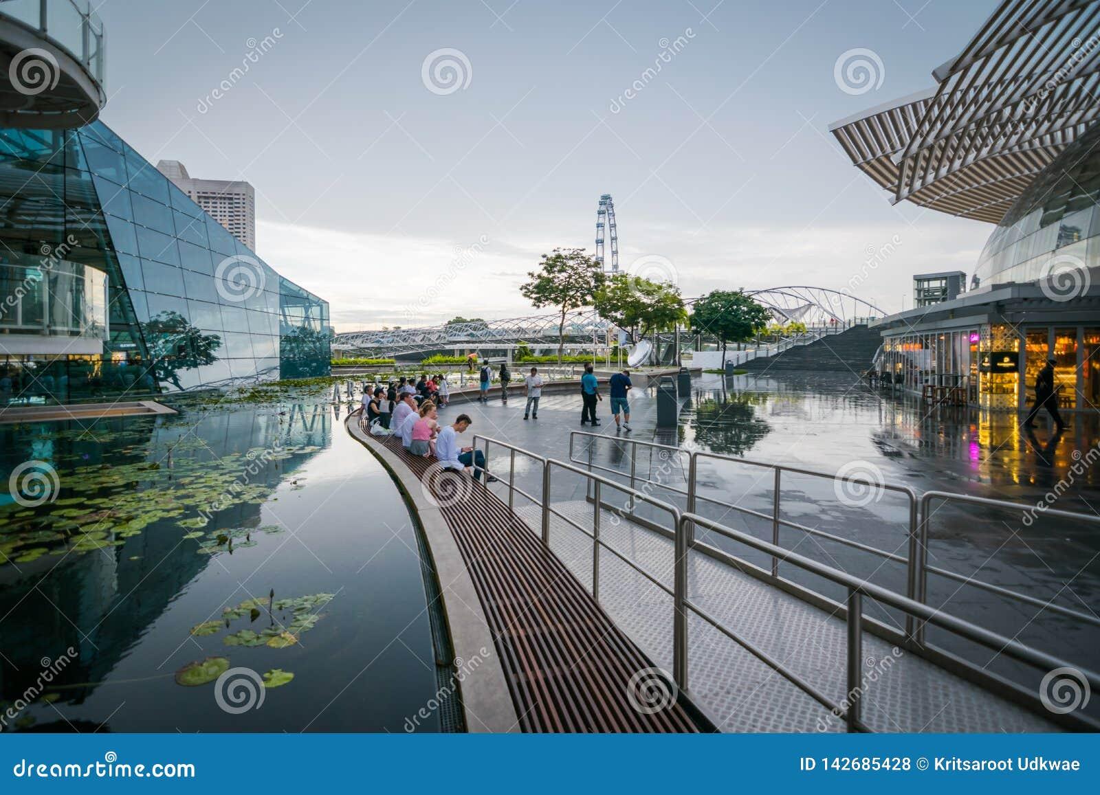 Взгляд моста винтовой линии от Shoppes на песках залива Марины, Сингапур