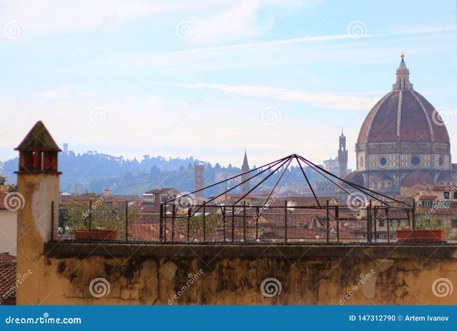 Взгляд над крышами к куполу Santa Maria del Fiore