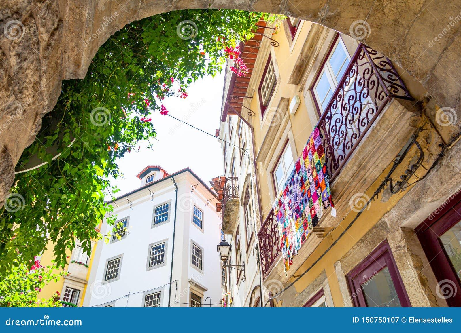 Взгляд на балконе с красочным одеялом вязания крючком в Коимбре