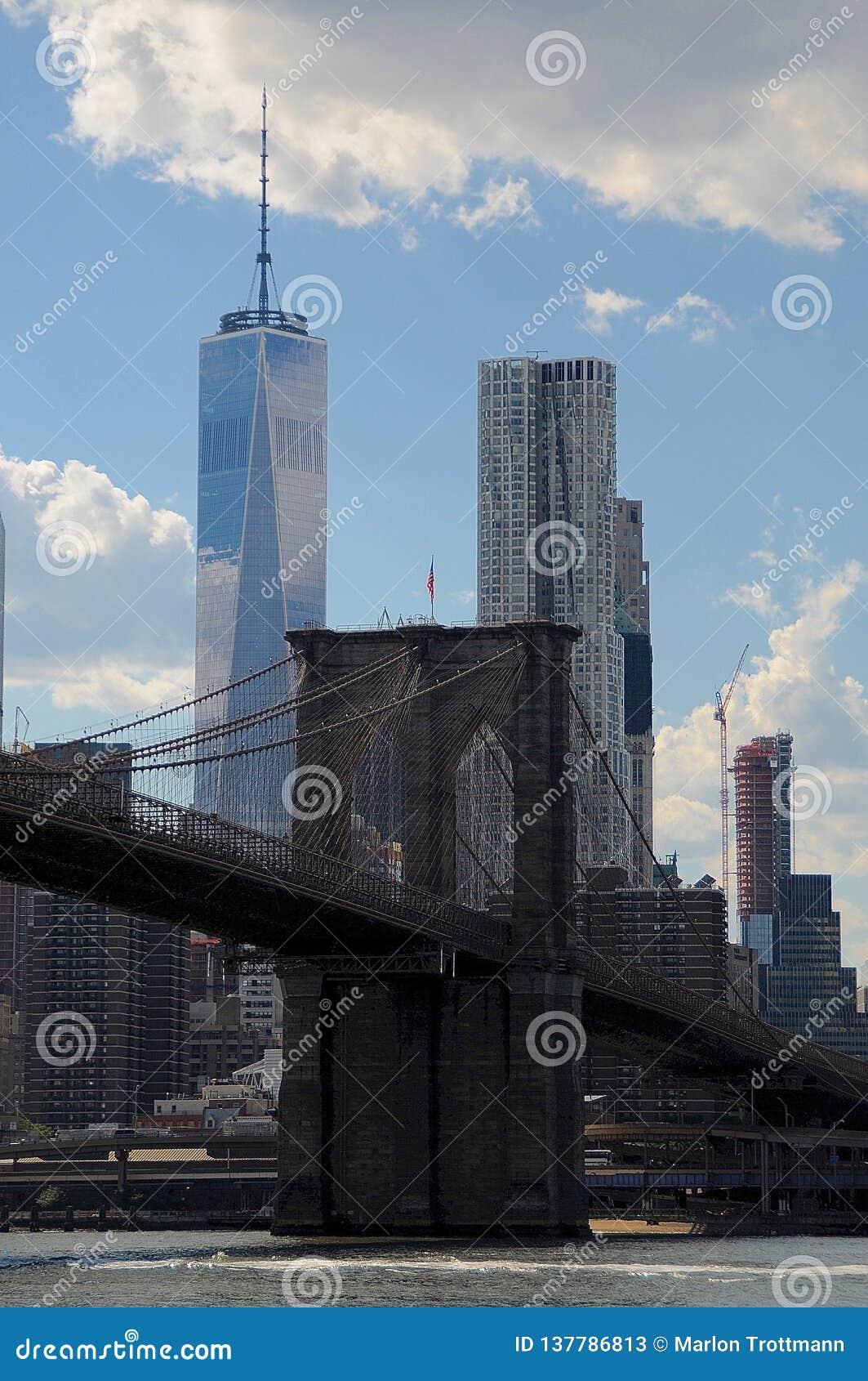 Взгляд на Бруклинском мосте и башне свободы
