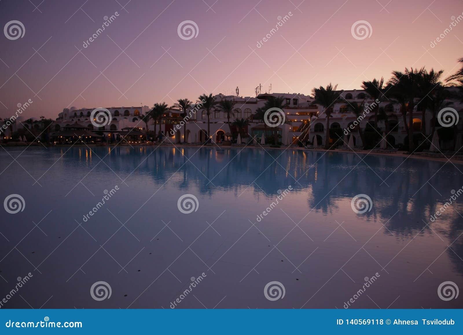 Взгляд на гостинице около бассейна