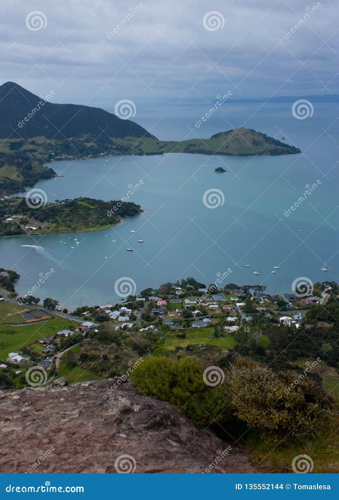 Взгляд на заливе с домами моря и семьи от Mt Manaia около Whangarei в северном острове на Новой Зеландии