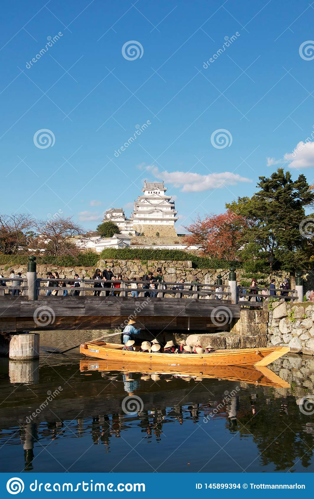 Взгляд на замке Himeji и тропе моста входа