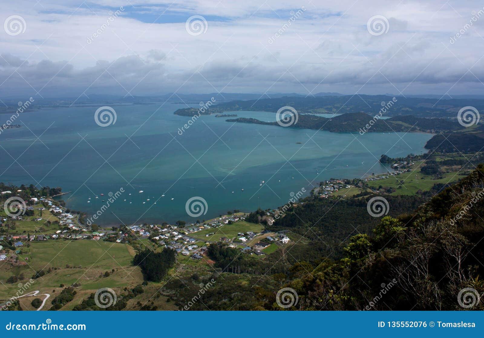 Взгляд на море в заливе Parua около Whangarei в Northland в Новой Зеландии