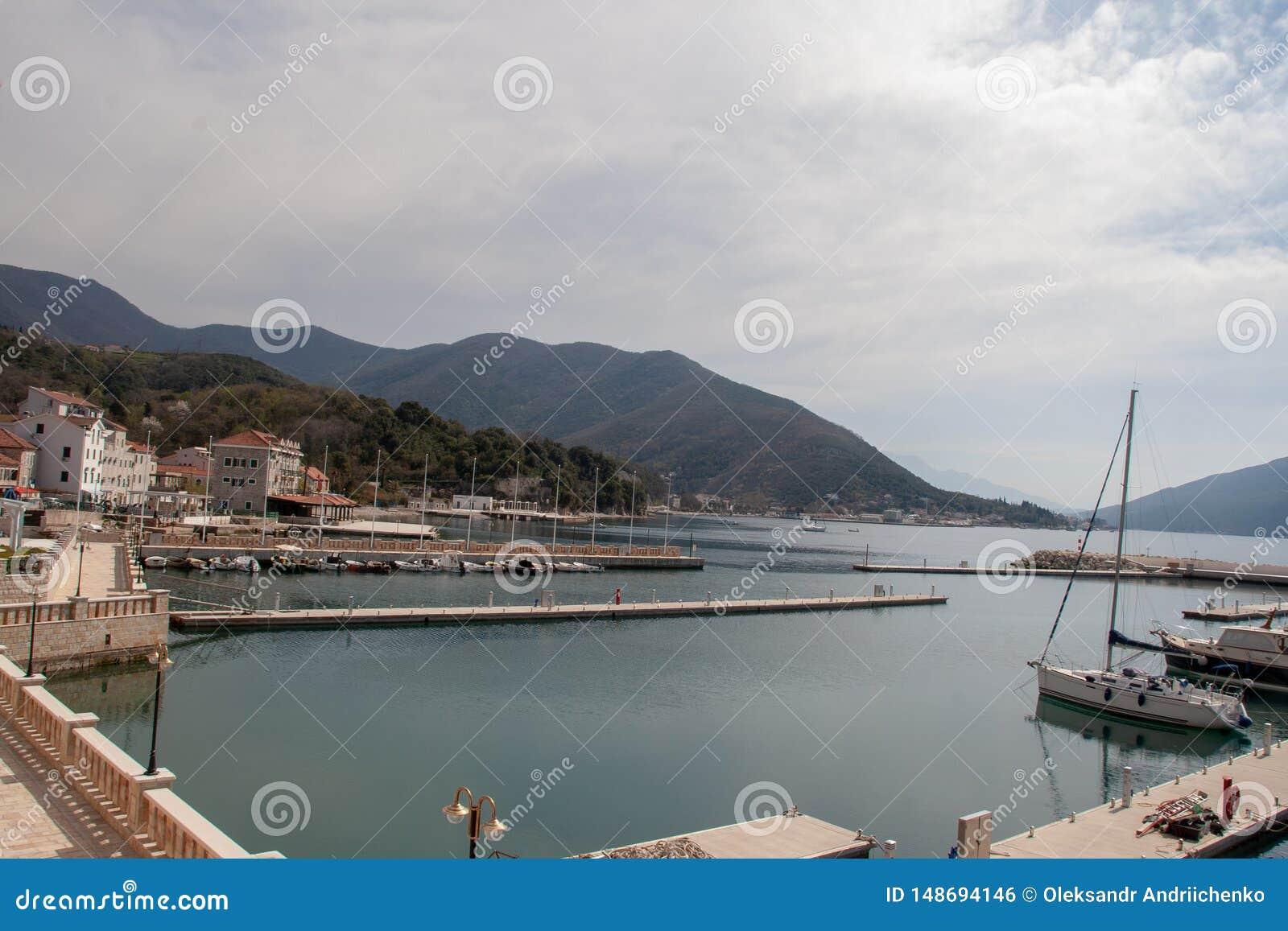 Взгляд на небольшом городе в Черногории около моря и гор