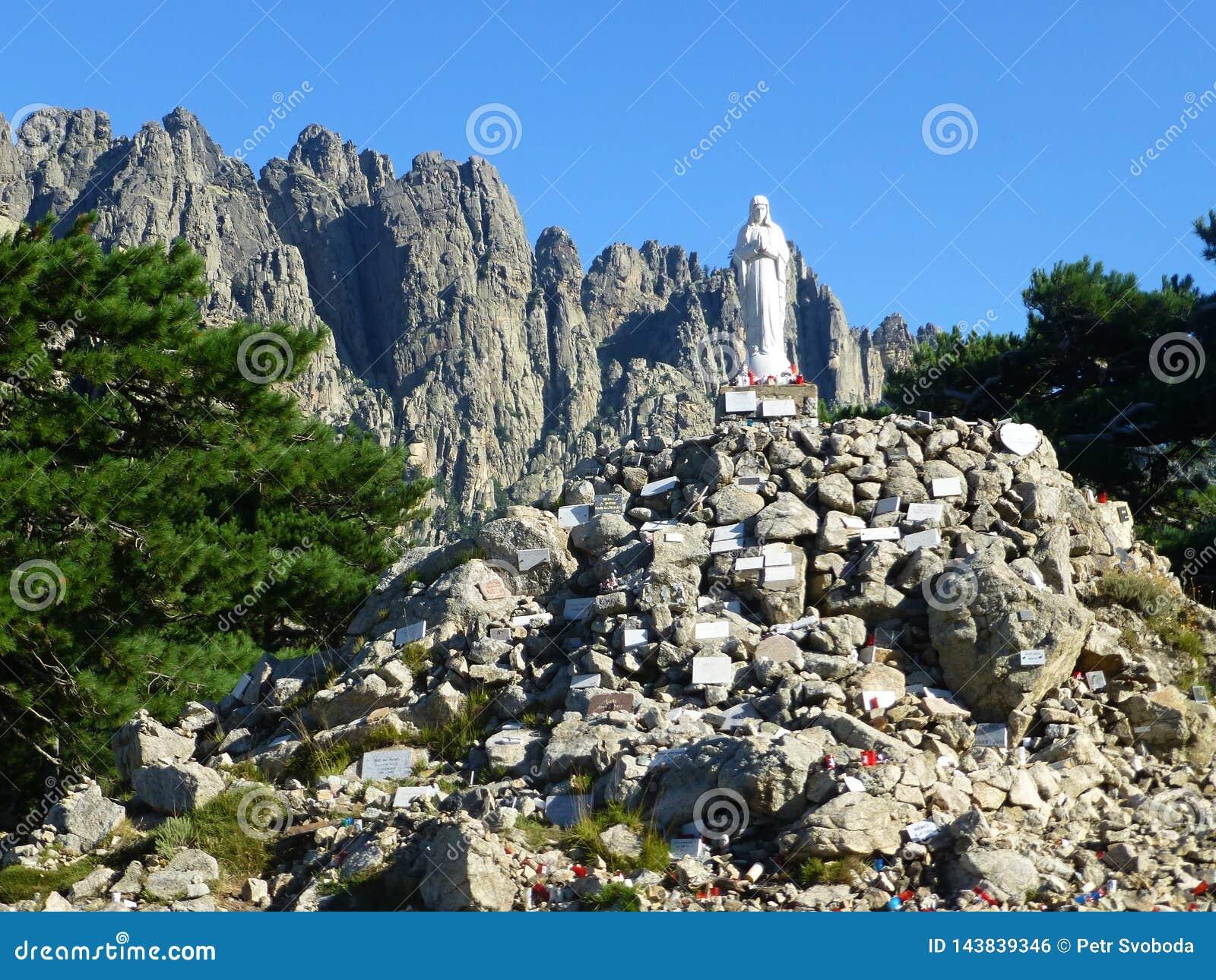 Взгляд на статуе в Col de Bavella пропуска