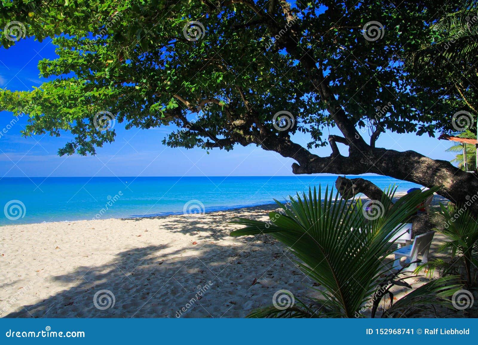Взгляд на тропическом пляже с белым песком, Ko Chang, Таиланде