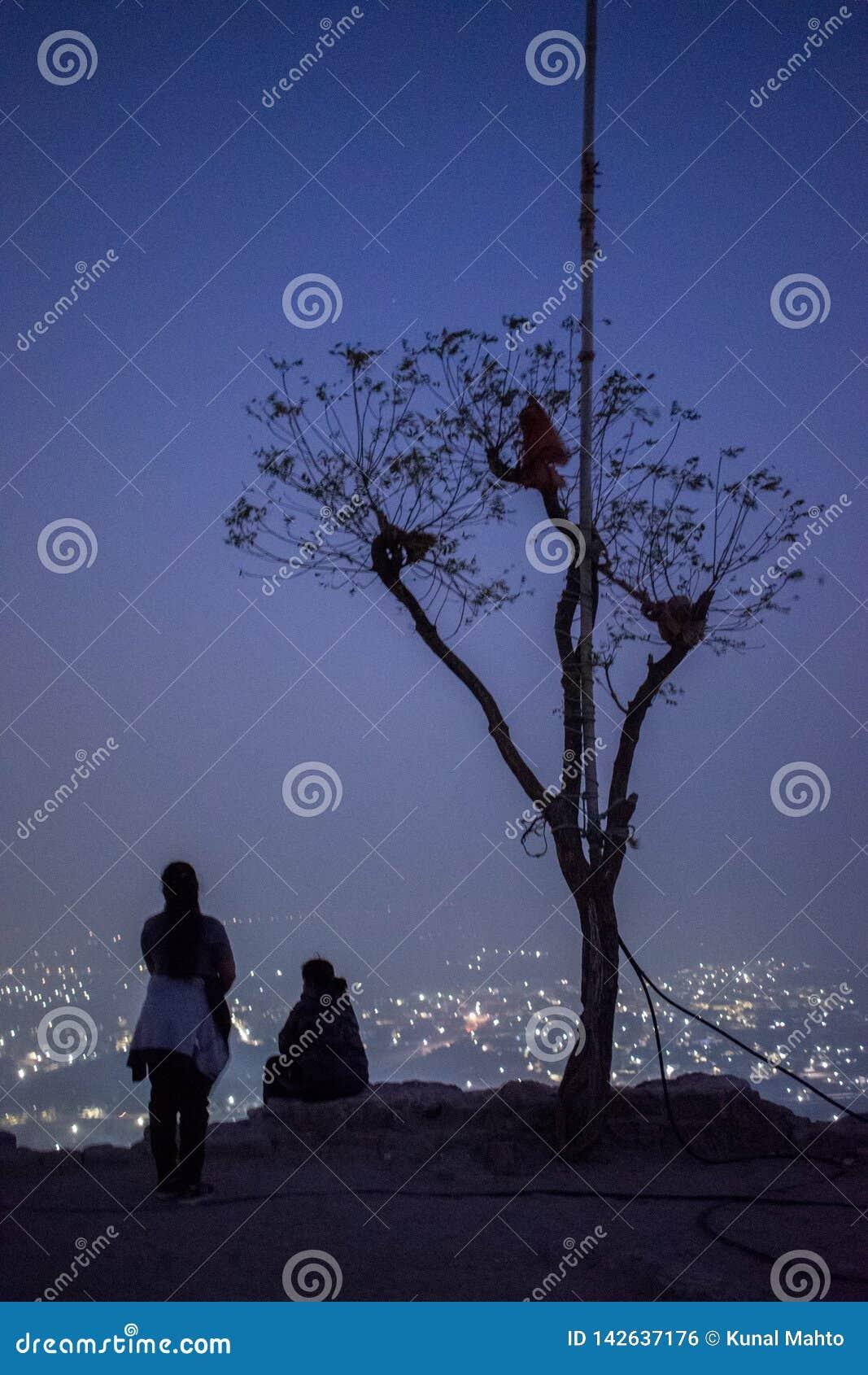 Взгляд ночи города от верхней части холма