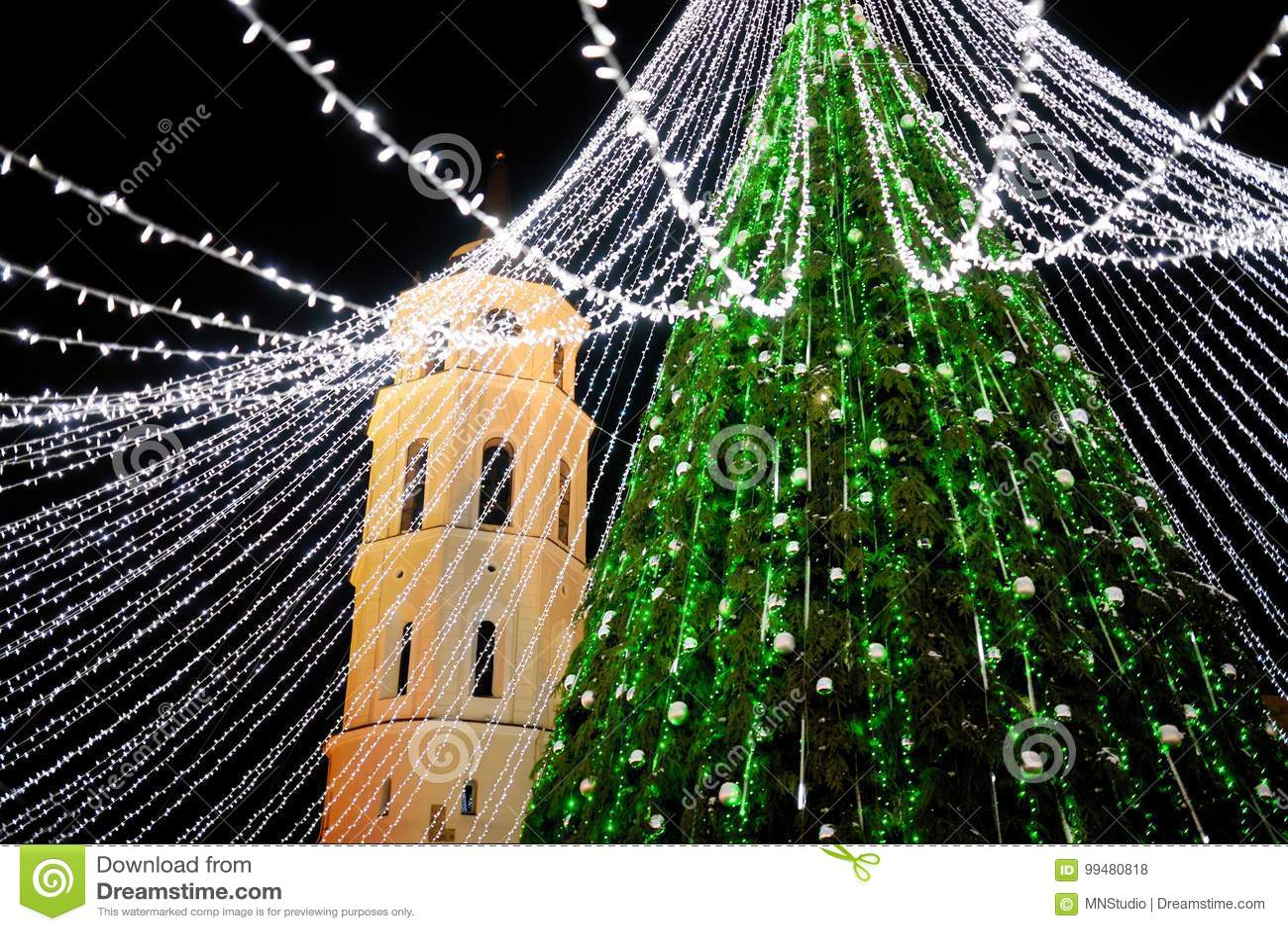 Взгляд ночи рождественской елки в Вильнюсе, Литве Праздновать праздники Xmas в балтийских странах