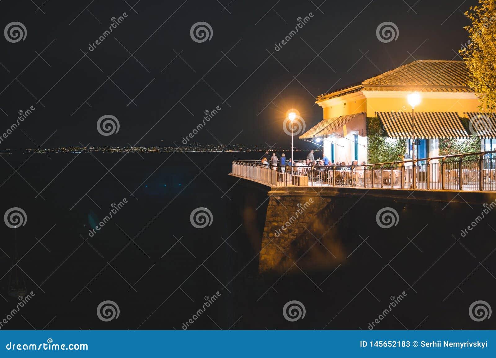 Взгляд ночи Сорренто и Средиземного моря, Италии