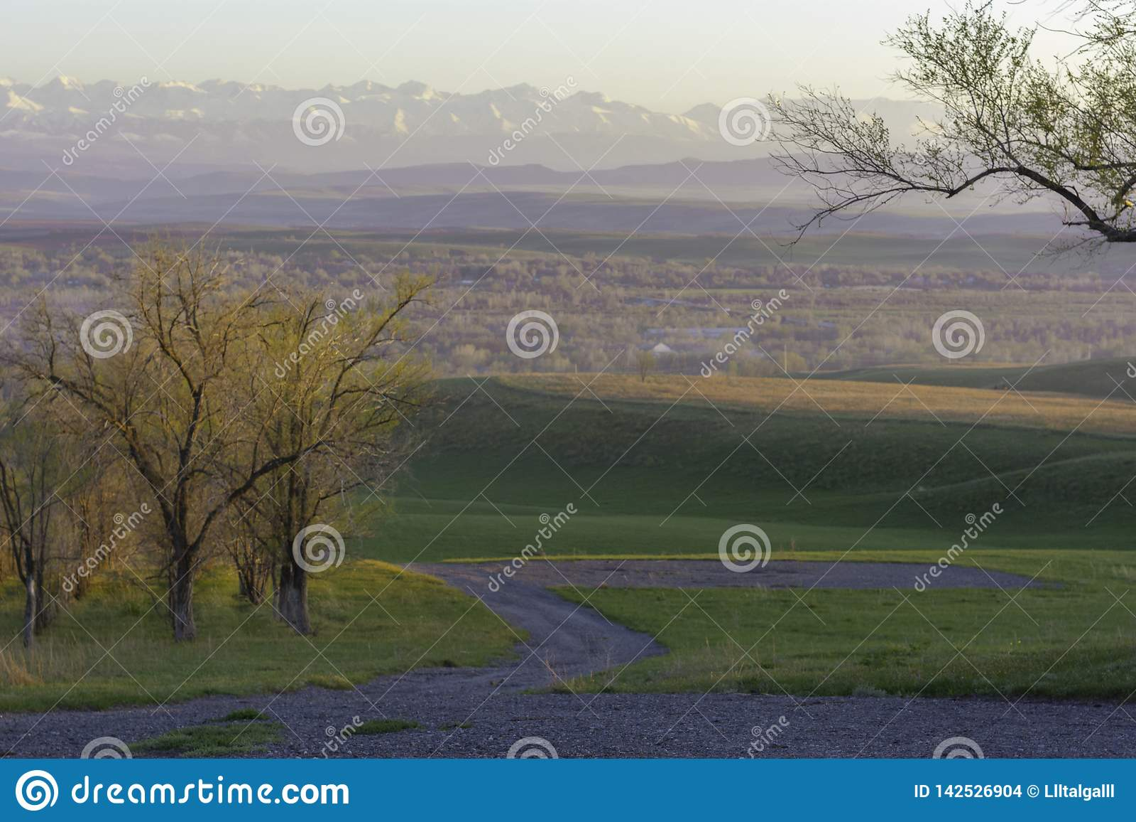 Взгляд осени деревни на предпосылке гор