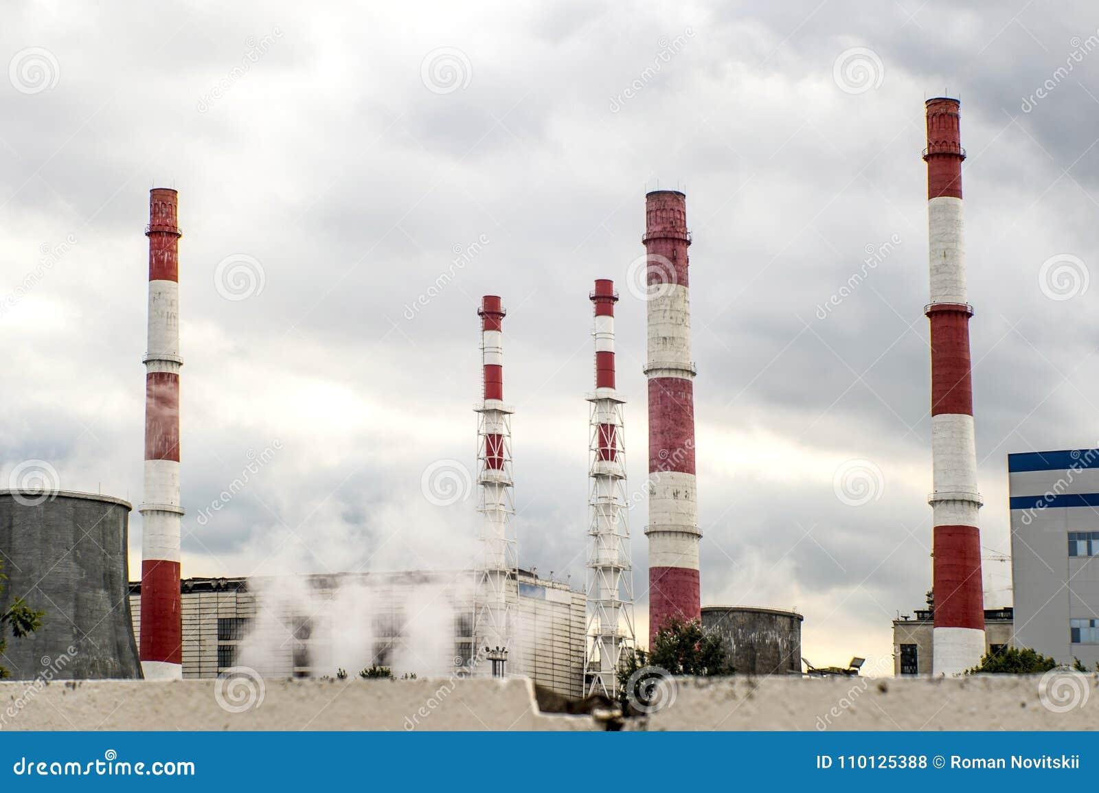 Взгляд от за загородки на заводе топления расплывчатые Фото было принято в мягкий объектив