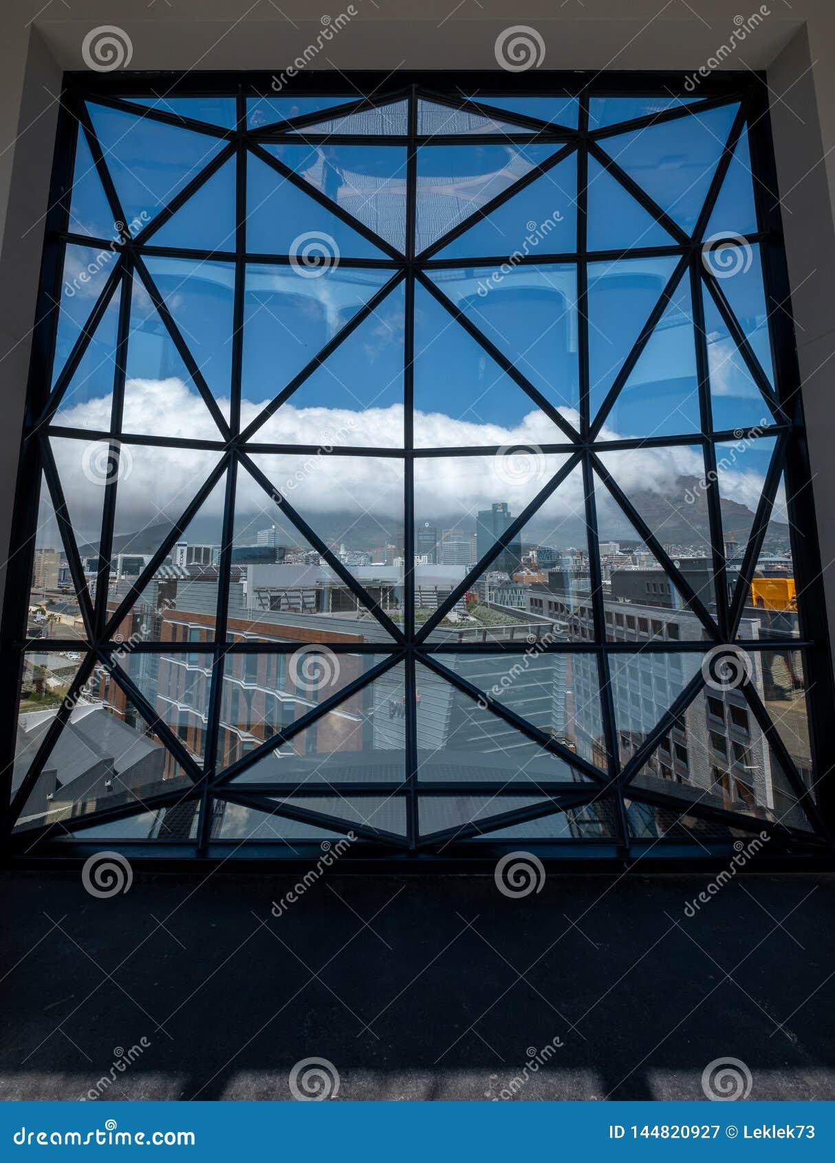 Взгляд от крыши музея Zeitz Mocaa современного искусства Африки, на портово
