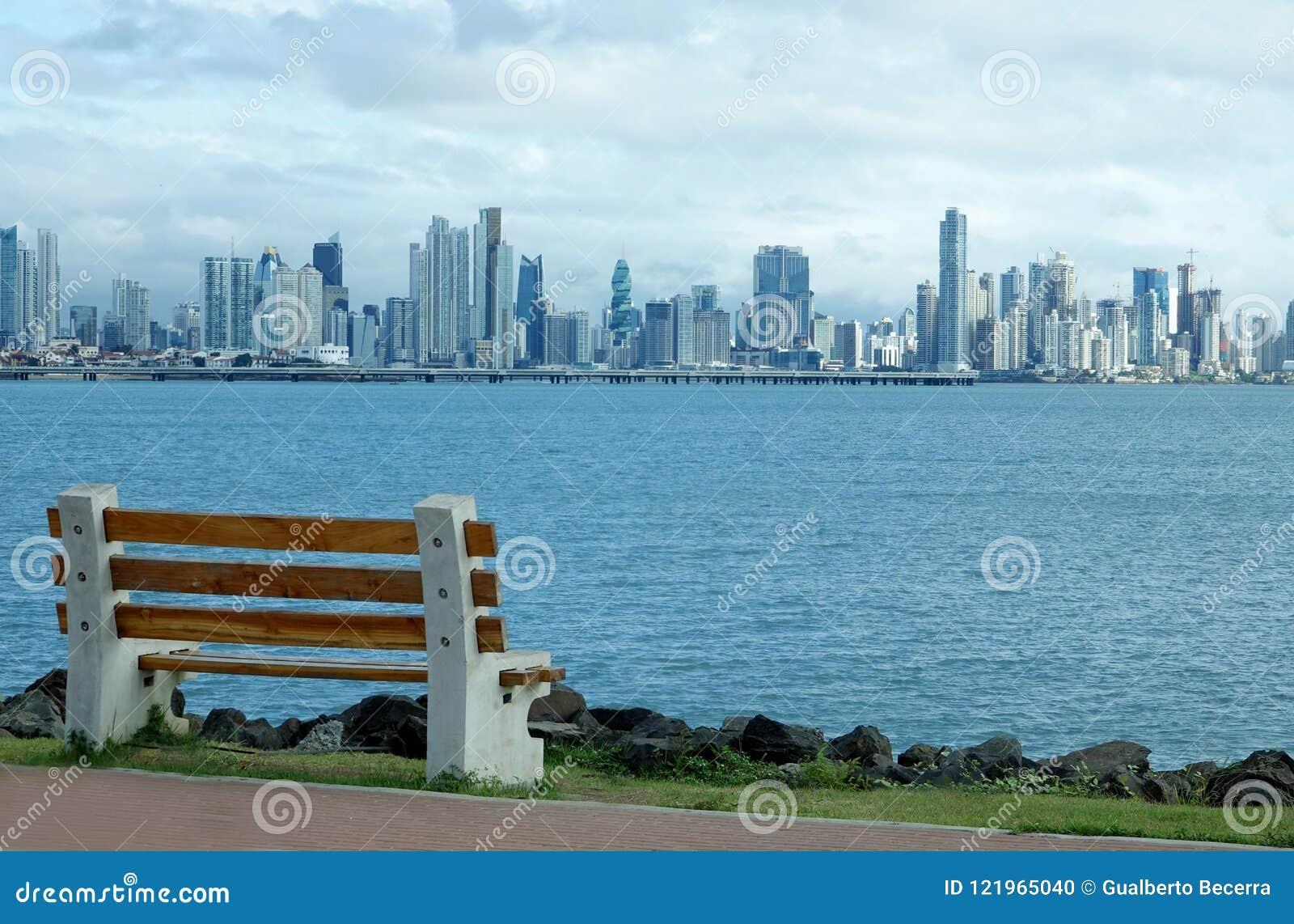 Взгляд от мощёной дорожки в Amador горизонта Панама (город)