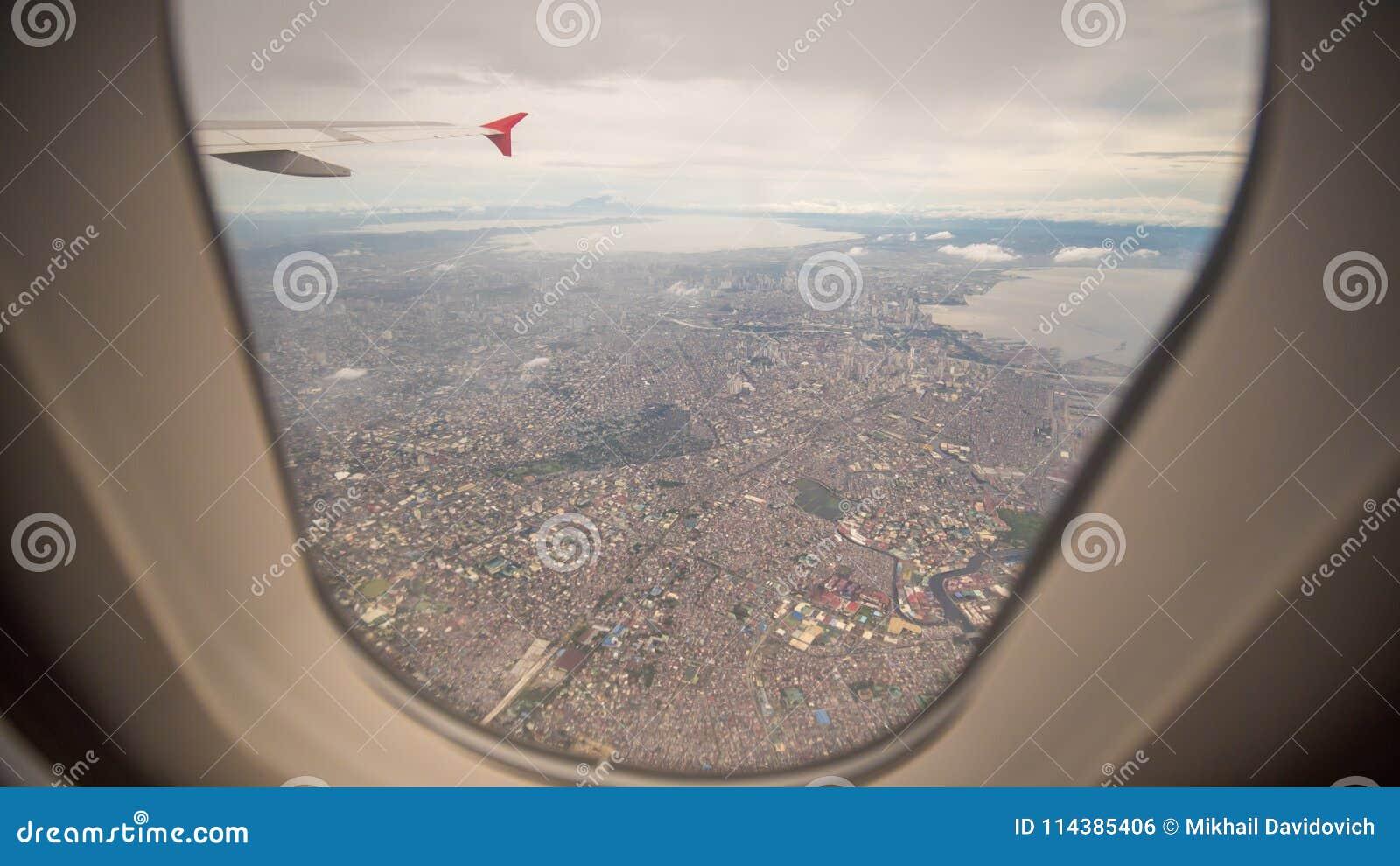 Взгляд от окна самолета к городу Манилы philippines