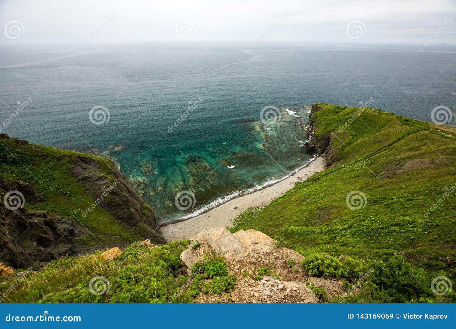 Взгляд от скал на море Японии