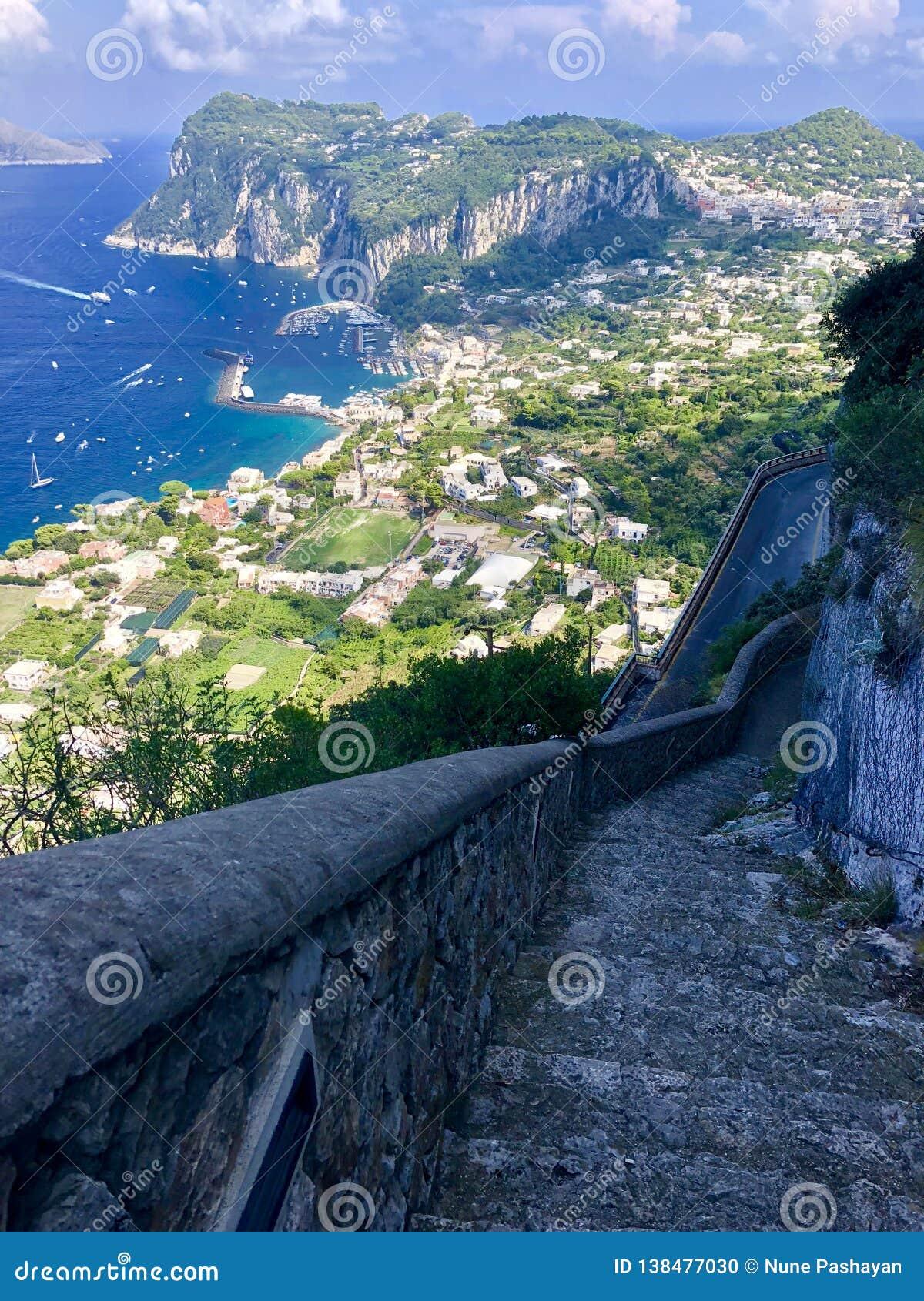 Взгляд от scala Fenicia в Капри