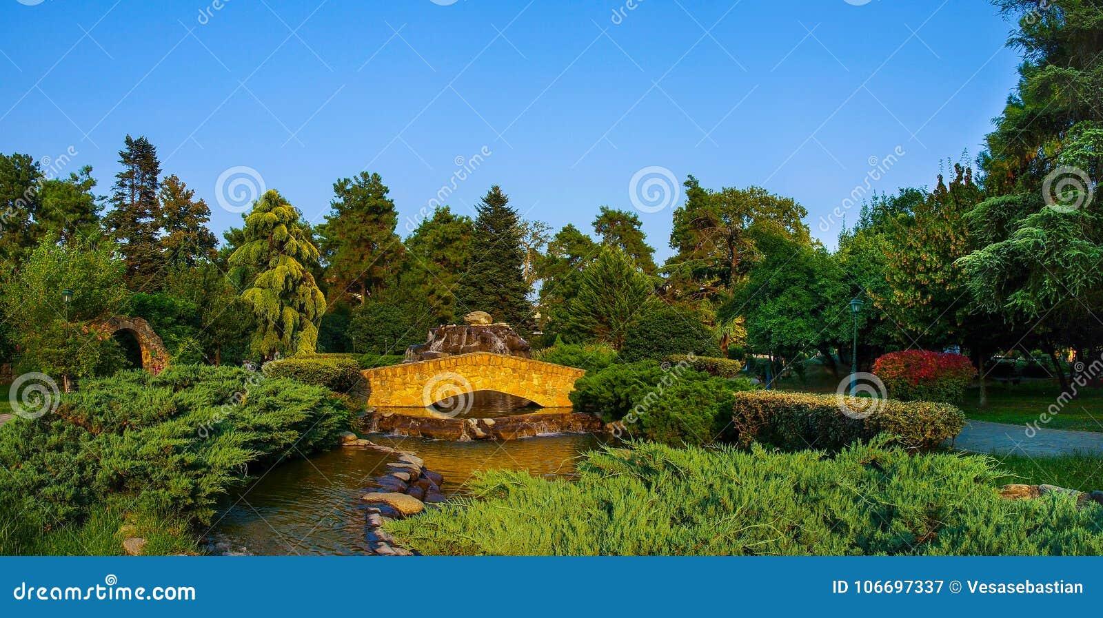 Взгляд панорамы каменного моста в муниципальном парке Katerini