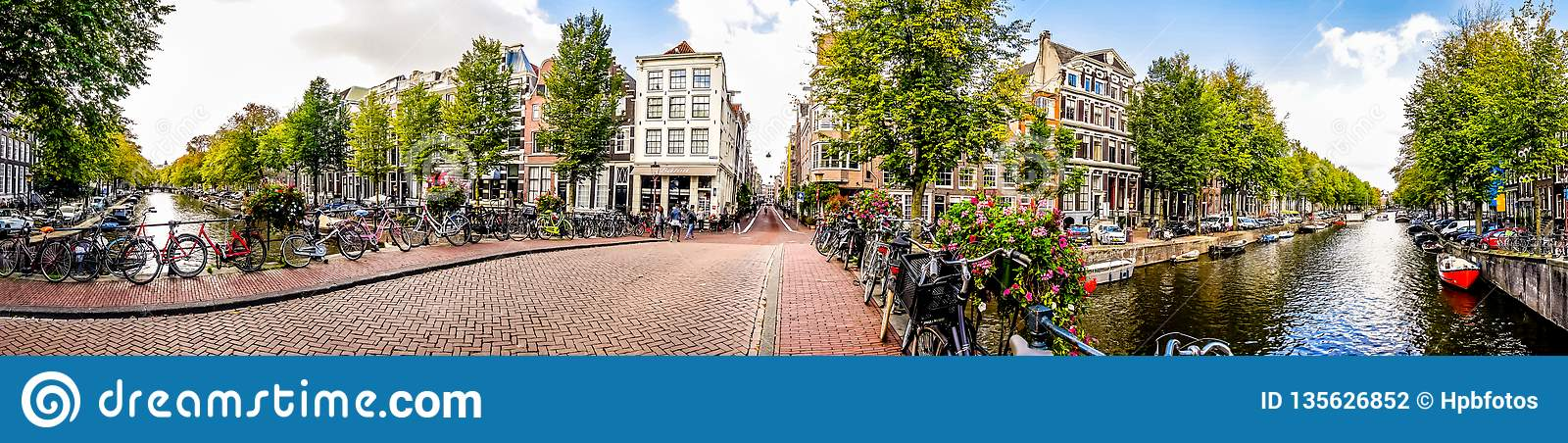 Взгляд панорамы канала Herengracht в Амстердаме в Голландии