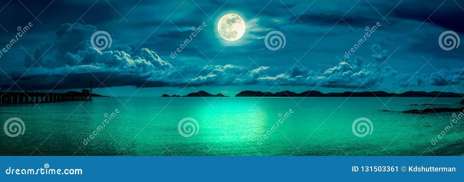 Взгляд панорамы моря Красочное небо с облаком и ярким полнолунием на seascape к ночи Предпосылка природы спокойствия, на открытом