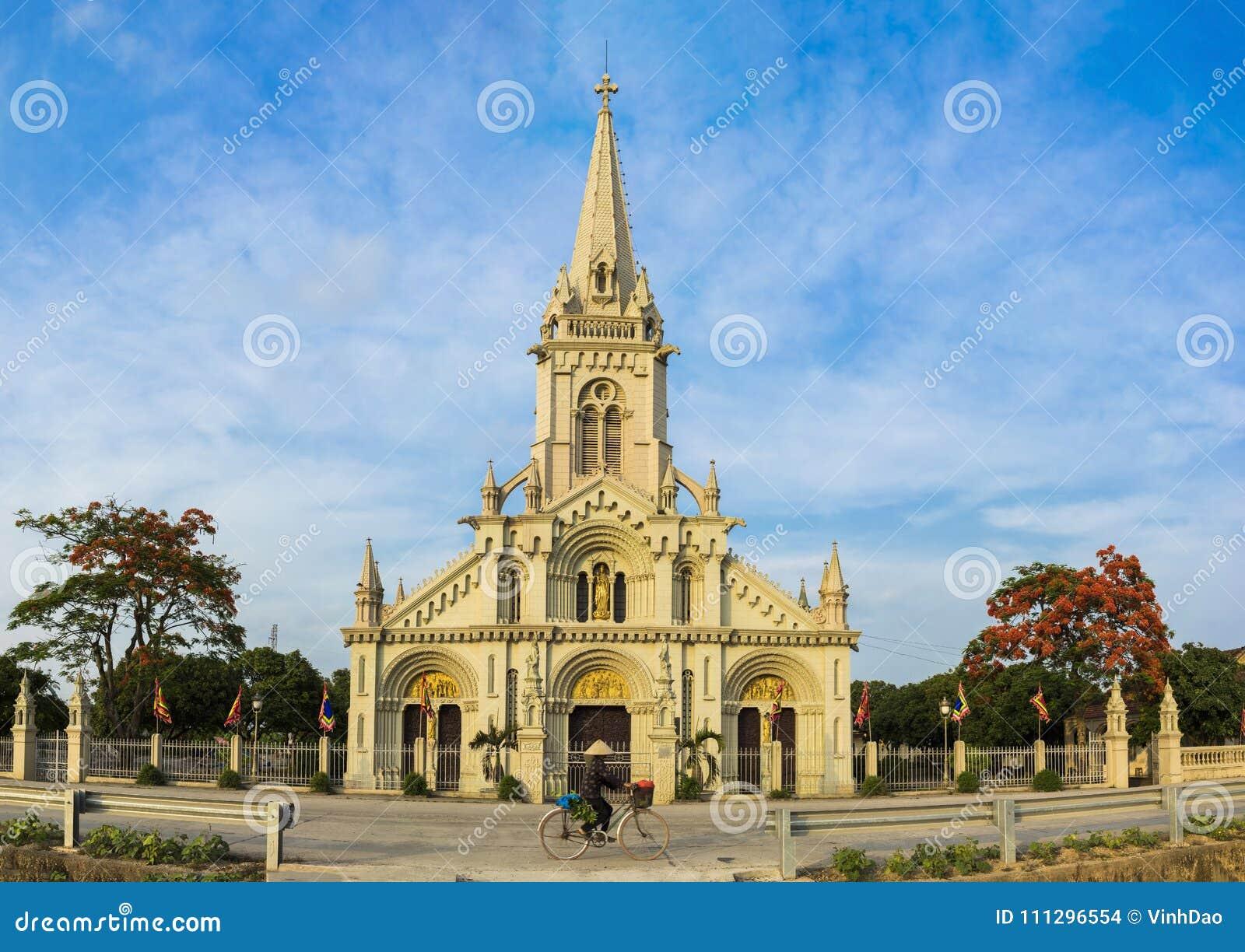 Взгляд панорамы церков коммуны в районе сына Ким, провинции Ninh Binh, Вьетнаме Здание назначение перемещения для touri