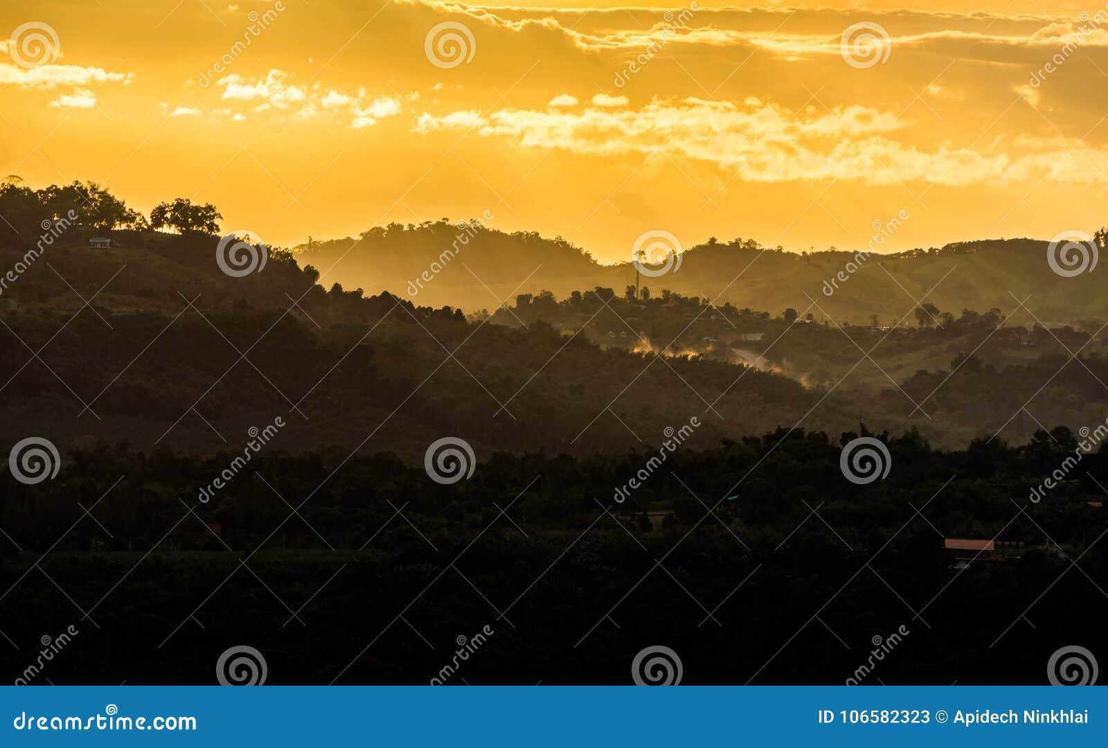 Взгляд пейзажа в утре или вечере на сельском районе