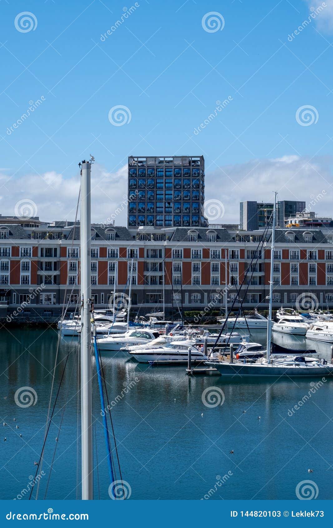 Взгляд портового района V&A, включая новый музей Zeitz Mocaa современного искусства Африки, Кейптаун, Южная Африка