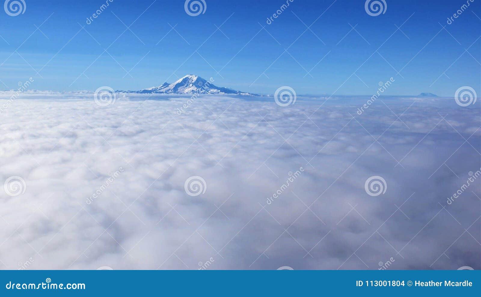 Взгляд профиля большой возвышенности Mount Rainier St Helens