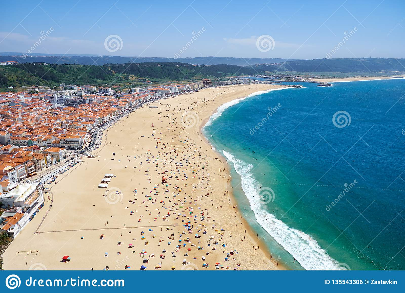 "Взгляд птицы  ""s-глаза на пляже riviera Nazare на побережье Атлантического океана Nazare Португалия"