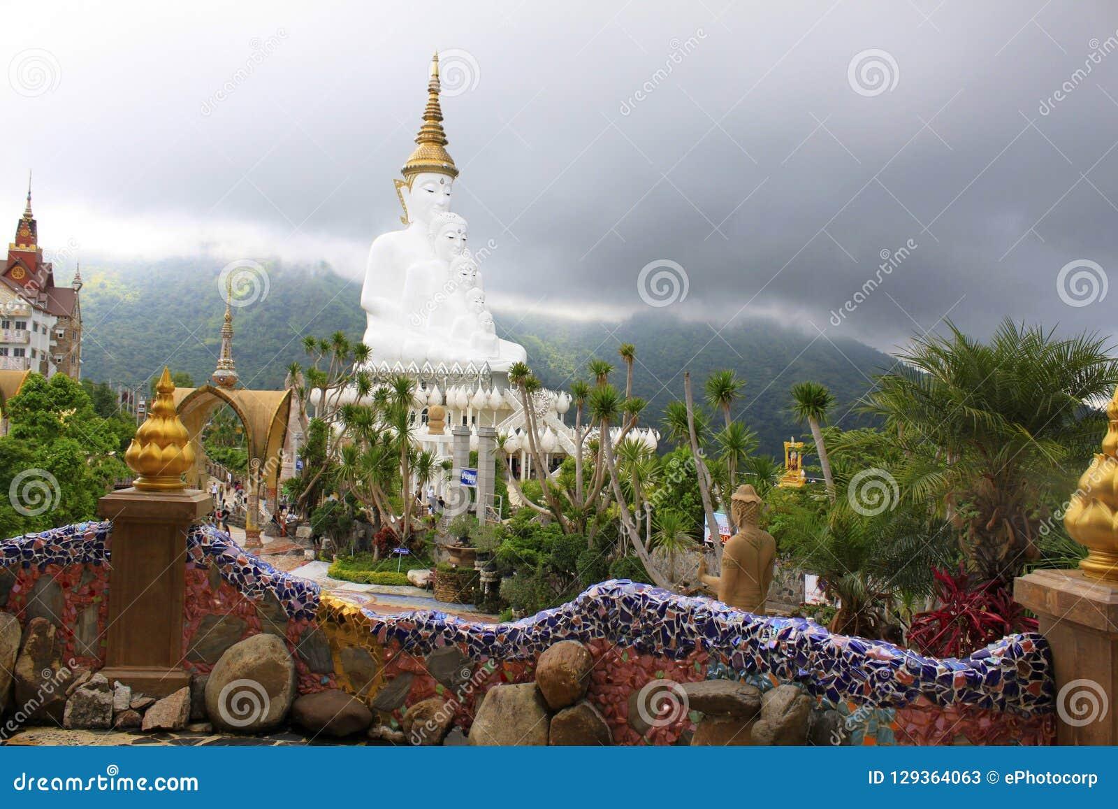 Взгляд пышного белого сидя Buddhas от внутренности Pha Sorn Kaew, Khao Kor, Phetchabun, Таиланда