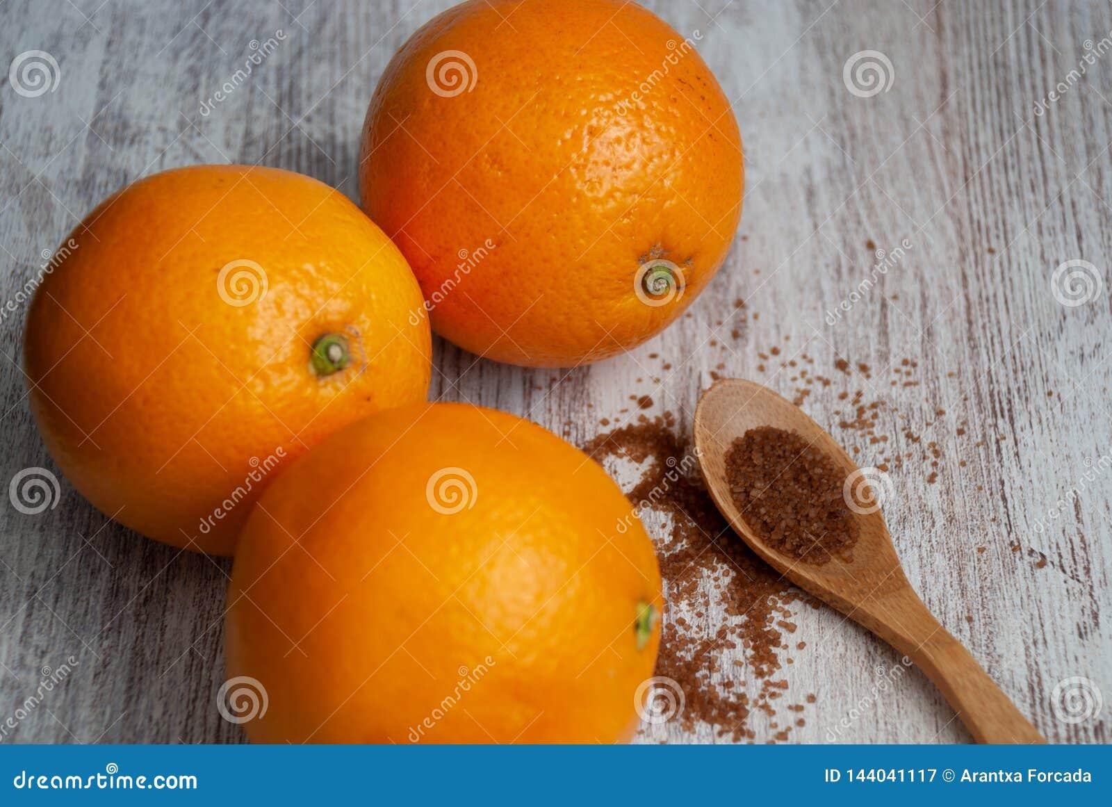 Взгляд сверху 3 апельсинов на белой деревянной предпосылке