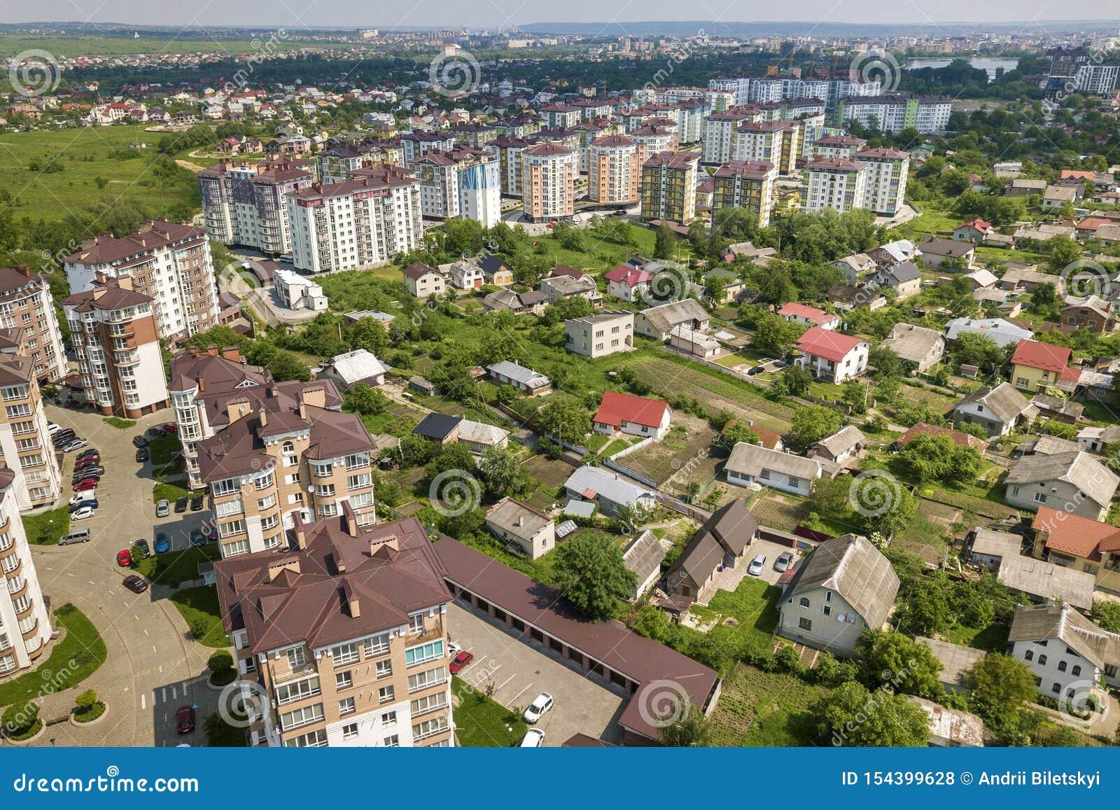 Взгляд сверху высотных зданий квартиры или офиса, припаркованных автомобилей, городского ландшафта города Воздушное фотографирова