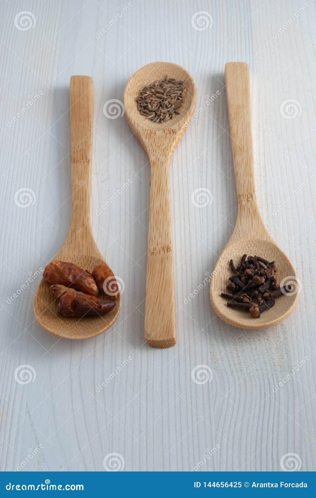 Взгляд сверху 3 деревянных ложек со специями