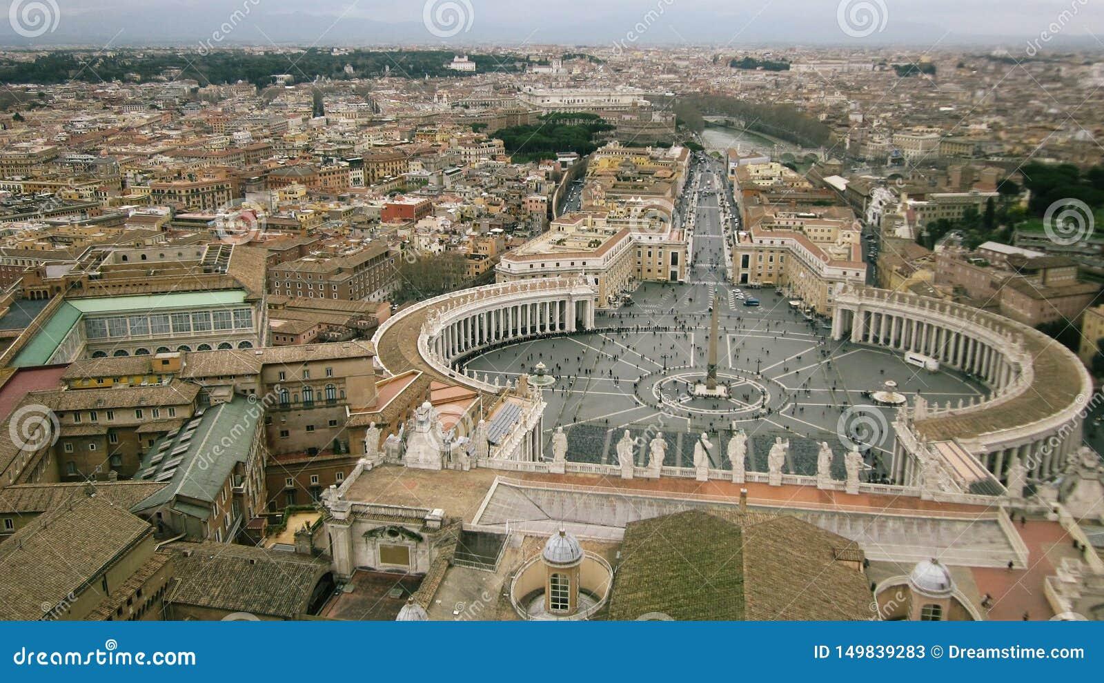 Взгляд сверху квадрата в центре Рима летом