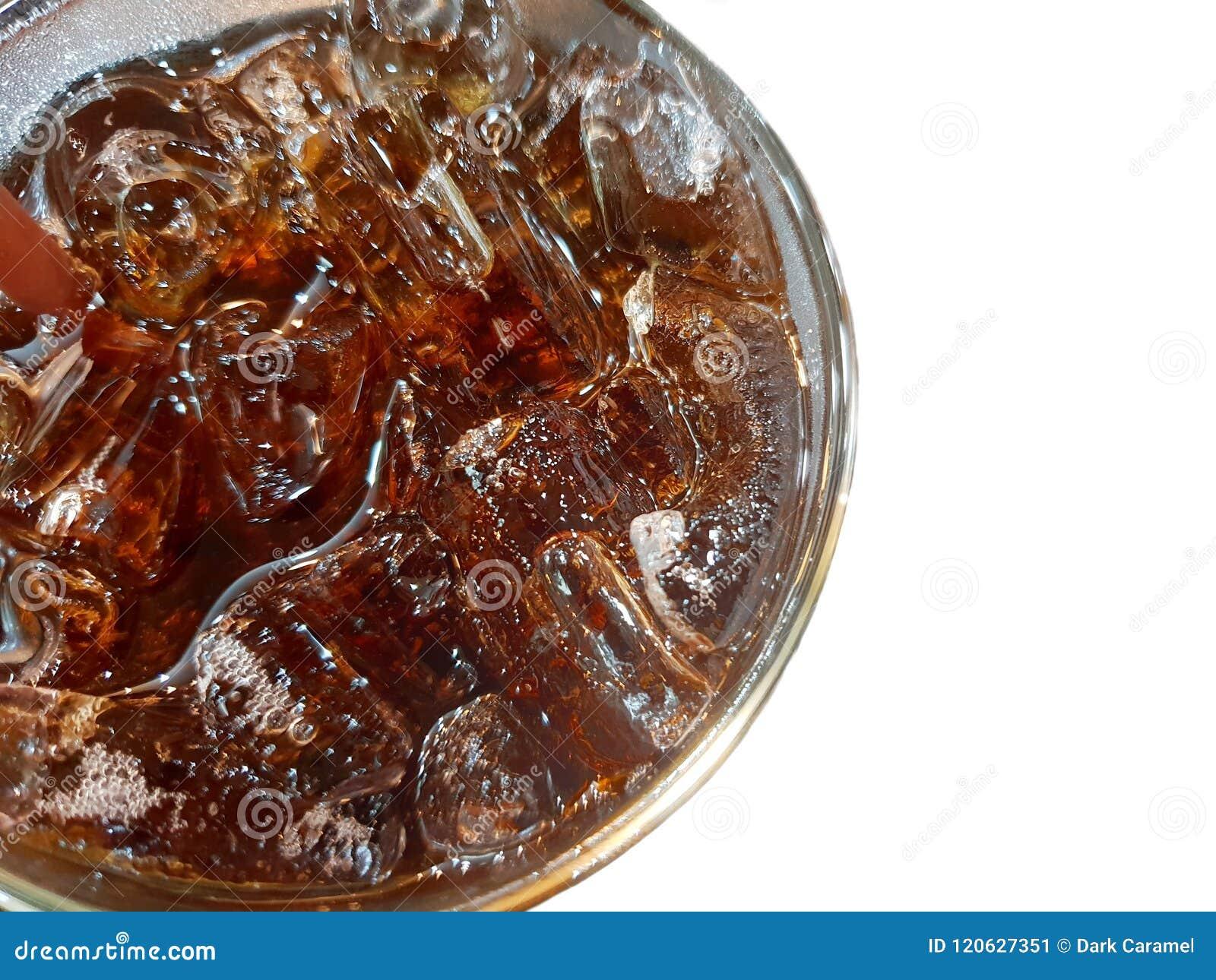 Взгляд сверху колы с льдом в стекле изолированном на белой предпосылке