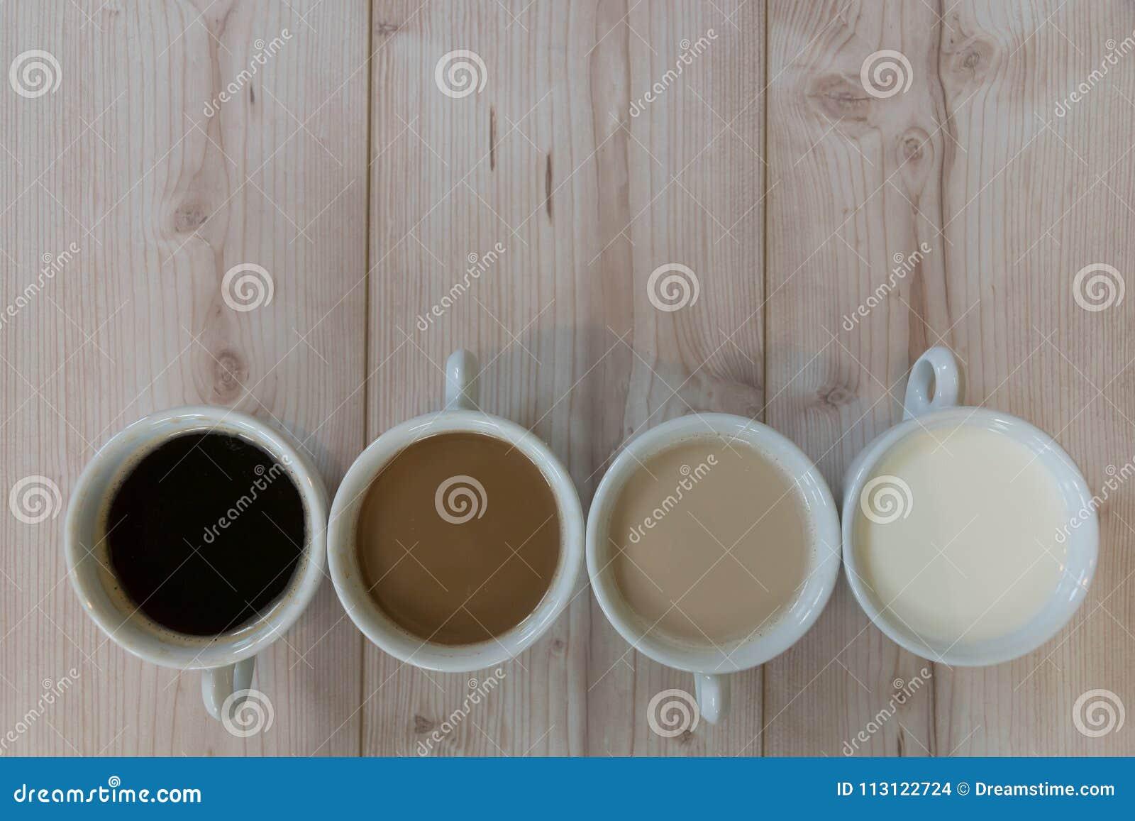 Взгляд сверху кофейной чашки на предпосылке деревянного стола
