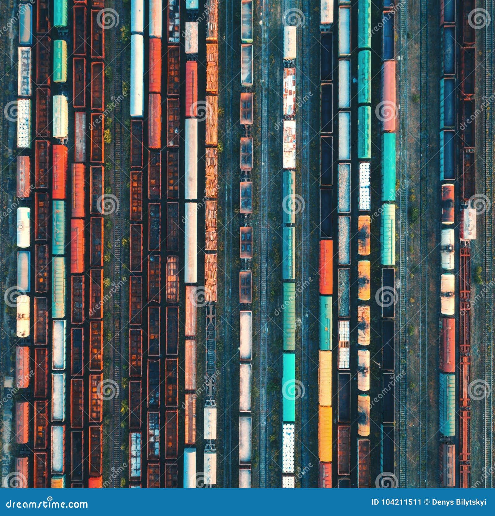 Download Взгляд сверху красочных поездов груза вид с воздуха Стоковое Изображение - изображение насчитывающей депо, схематическо: 104211511