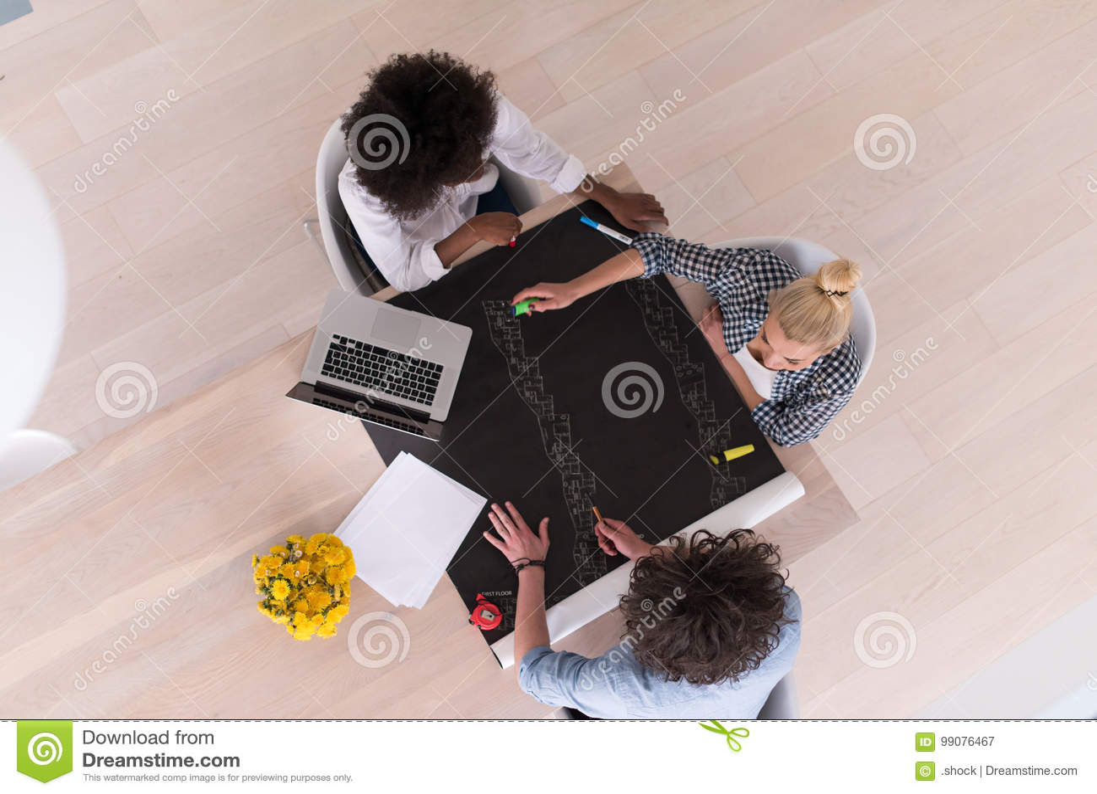 Взгляд сверху многонациональной startup команды дела на встрече