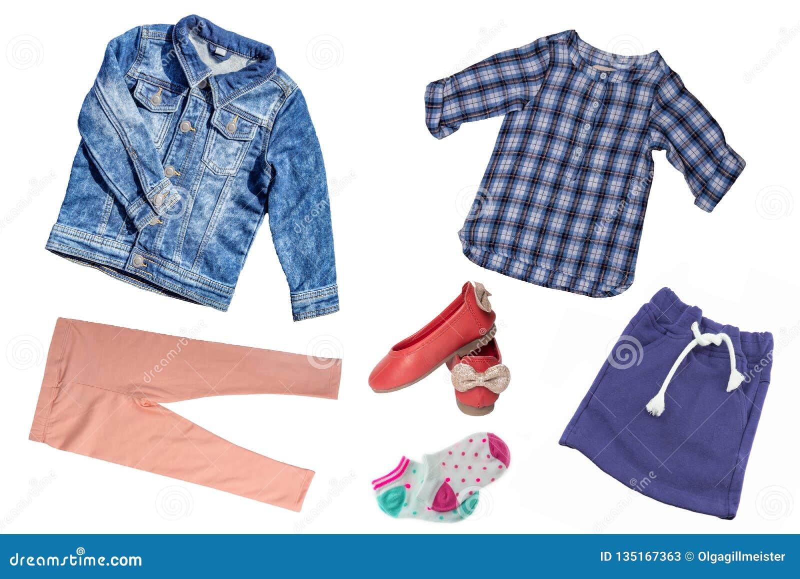 Взгляд сверху на наборе девушки ребенка одежд Коллаж одежды одеяния Юбки, тапка, джинсы, куртка, брюки и рубашка изолированные да