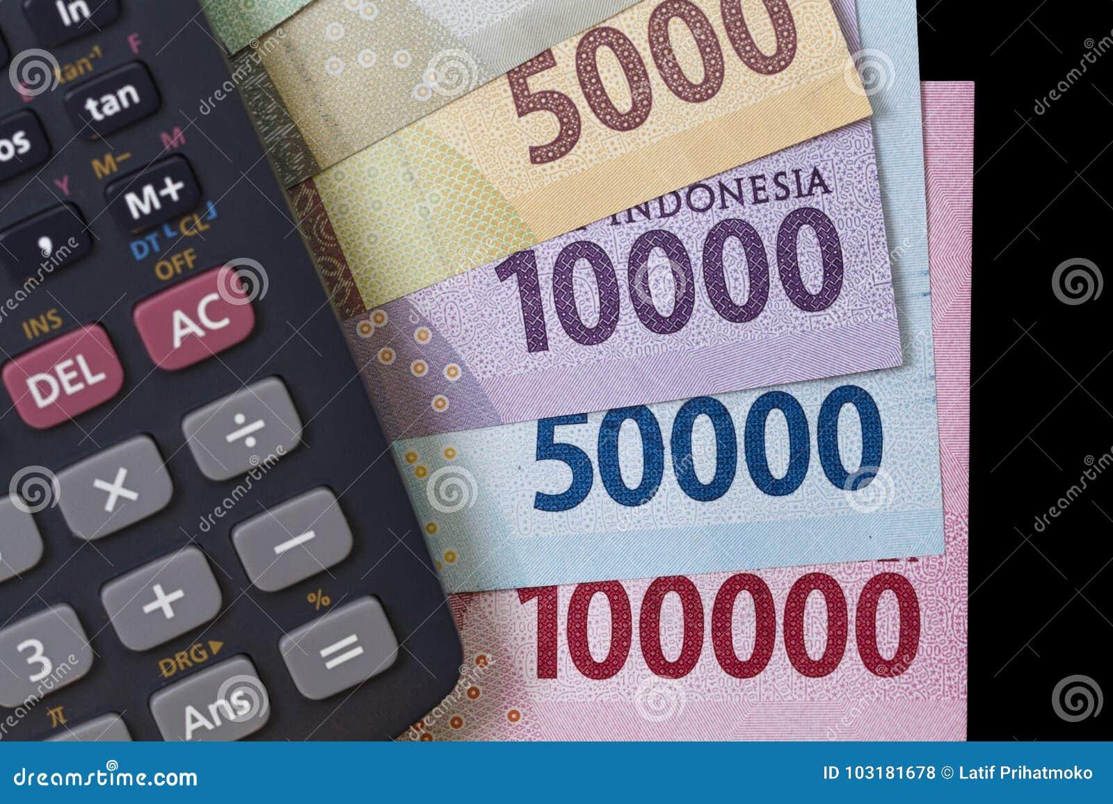 Взгляд сверху/плоское положение тратить деньги и вычисление оплат проиллюстрированные с банкнотами, и калькулятор