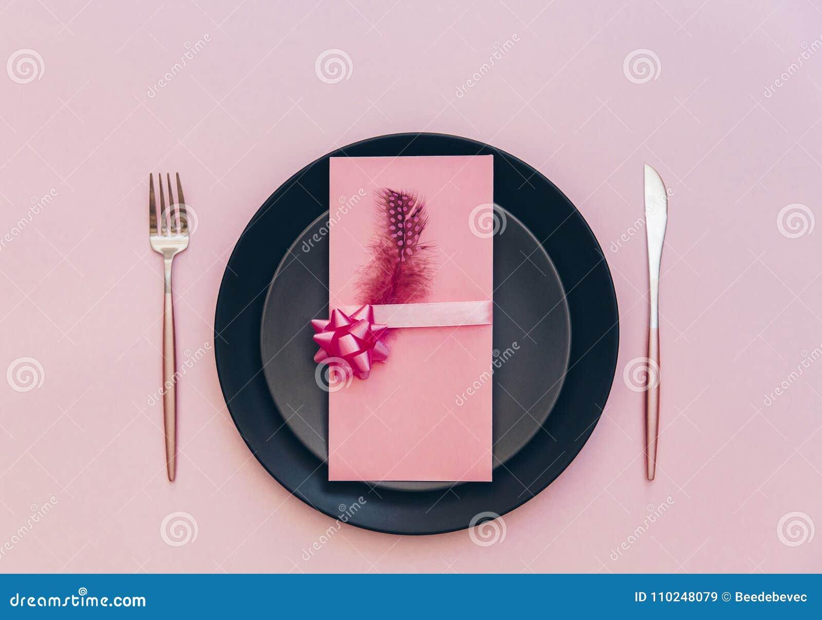 Взгляд сверху роскошной украшенной таблицы с плитой, карточкой и столовым прибором