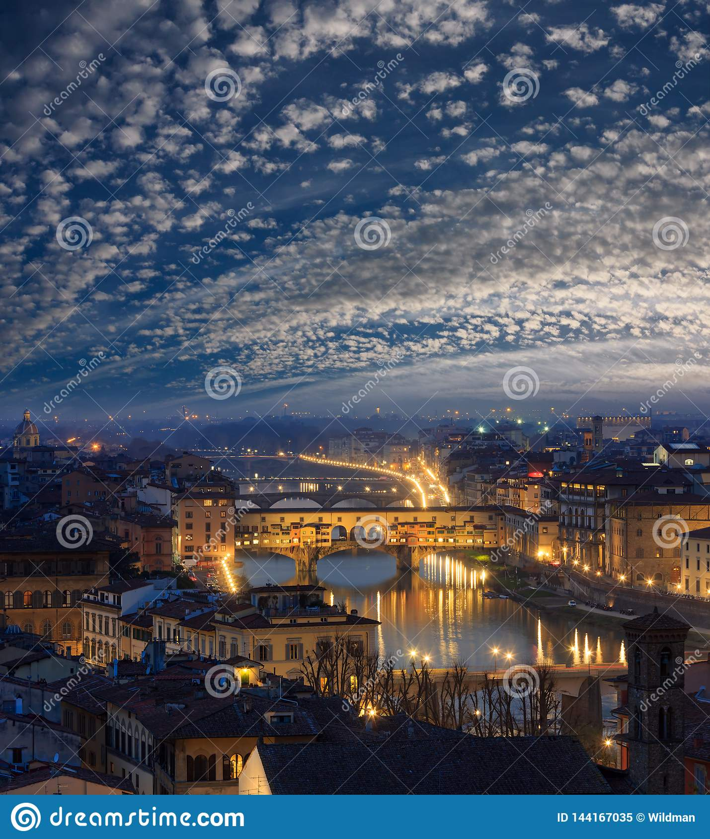 Взгляд сверху Флоренс ночи, Италия
