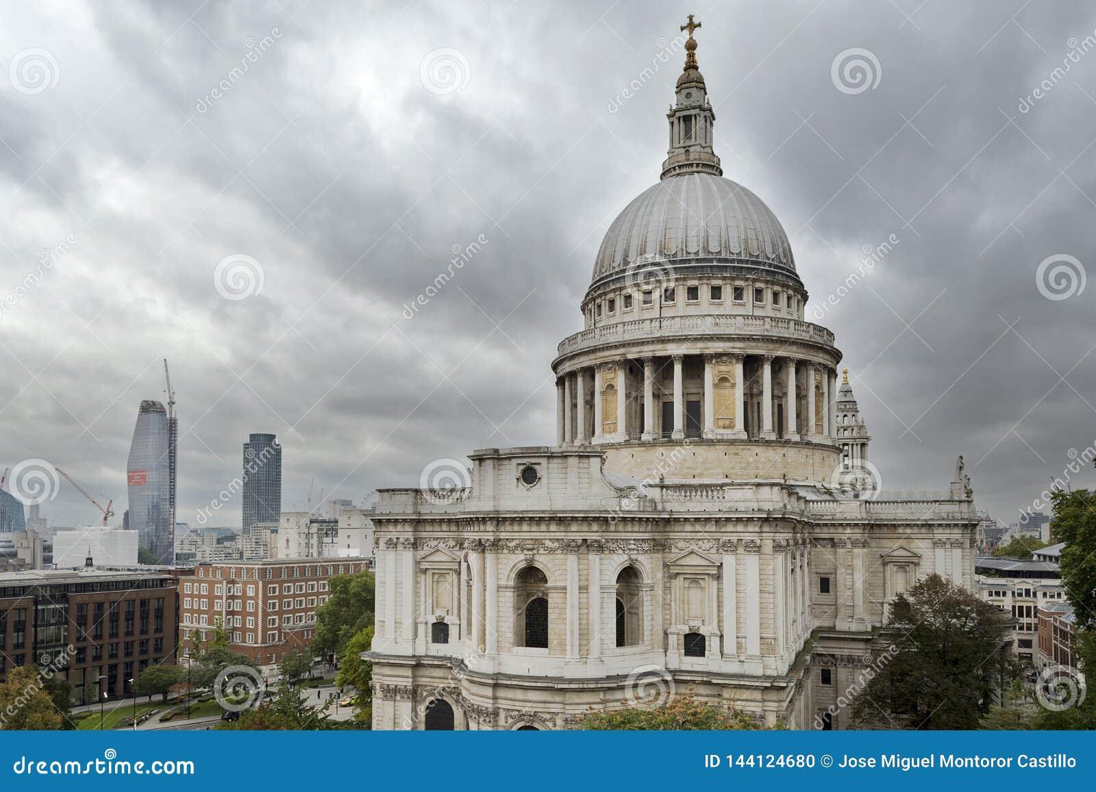Взгляд собора St Paul от террасы