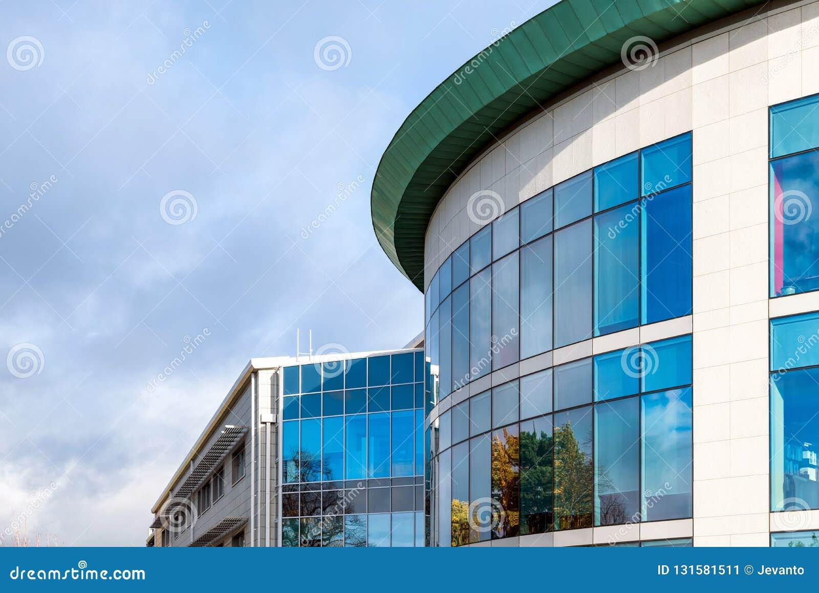 Взгляд солнечного дня окон офисного здания современного дела корпоративного в Нортгемптоне Англии Великобритании