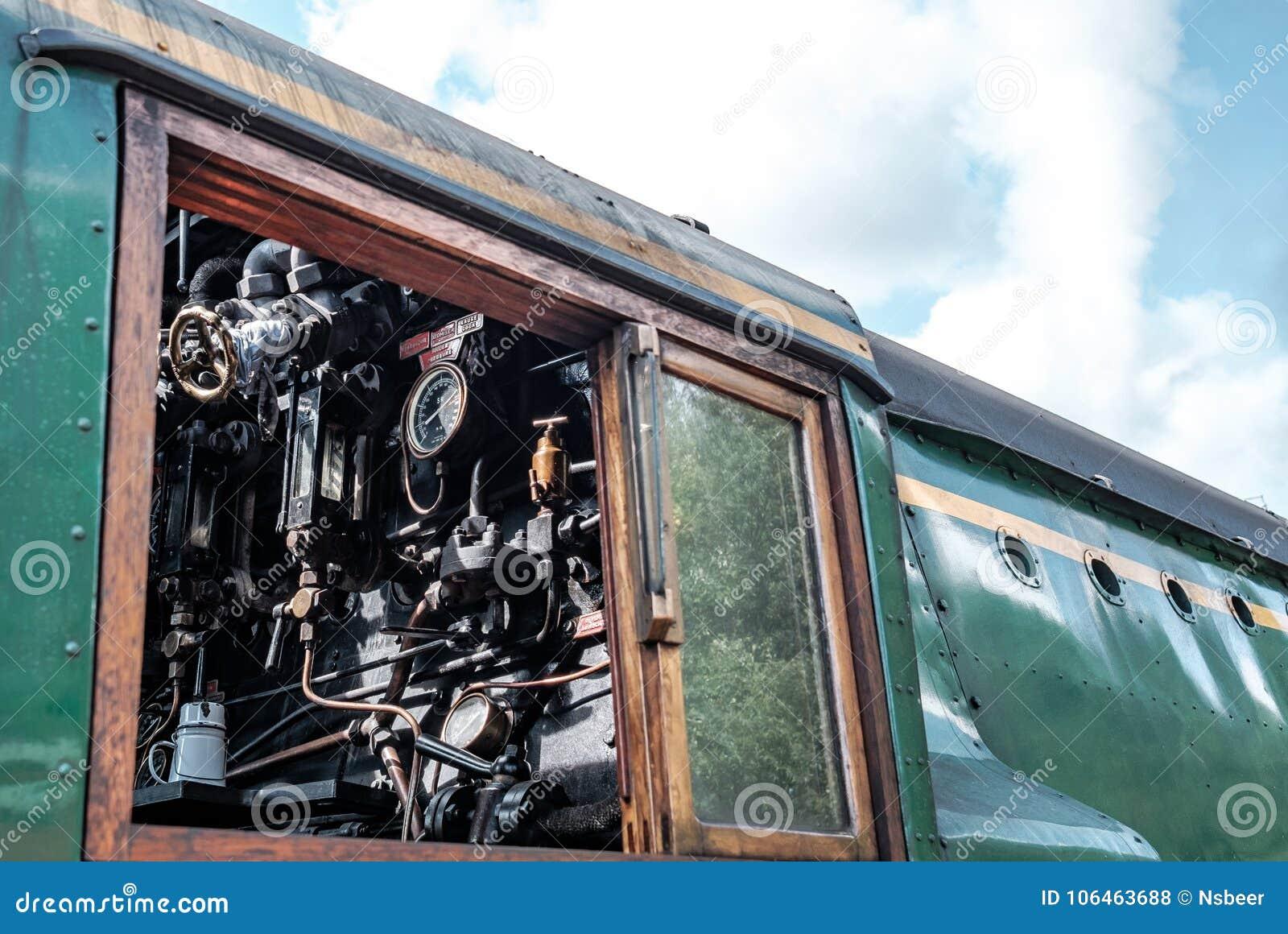 Взгляд со стороны известного великобританского локомотива пара, показывая деталь управляя кабины, со своими датчиками и pipework