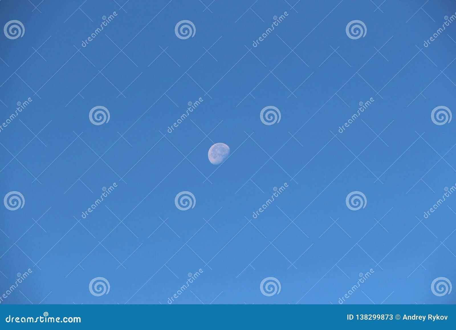 Взгляд старой луны в небе дневного времени