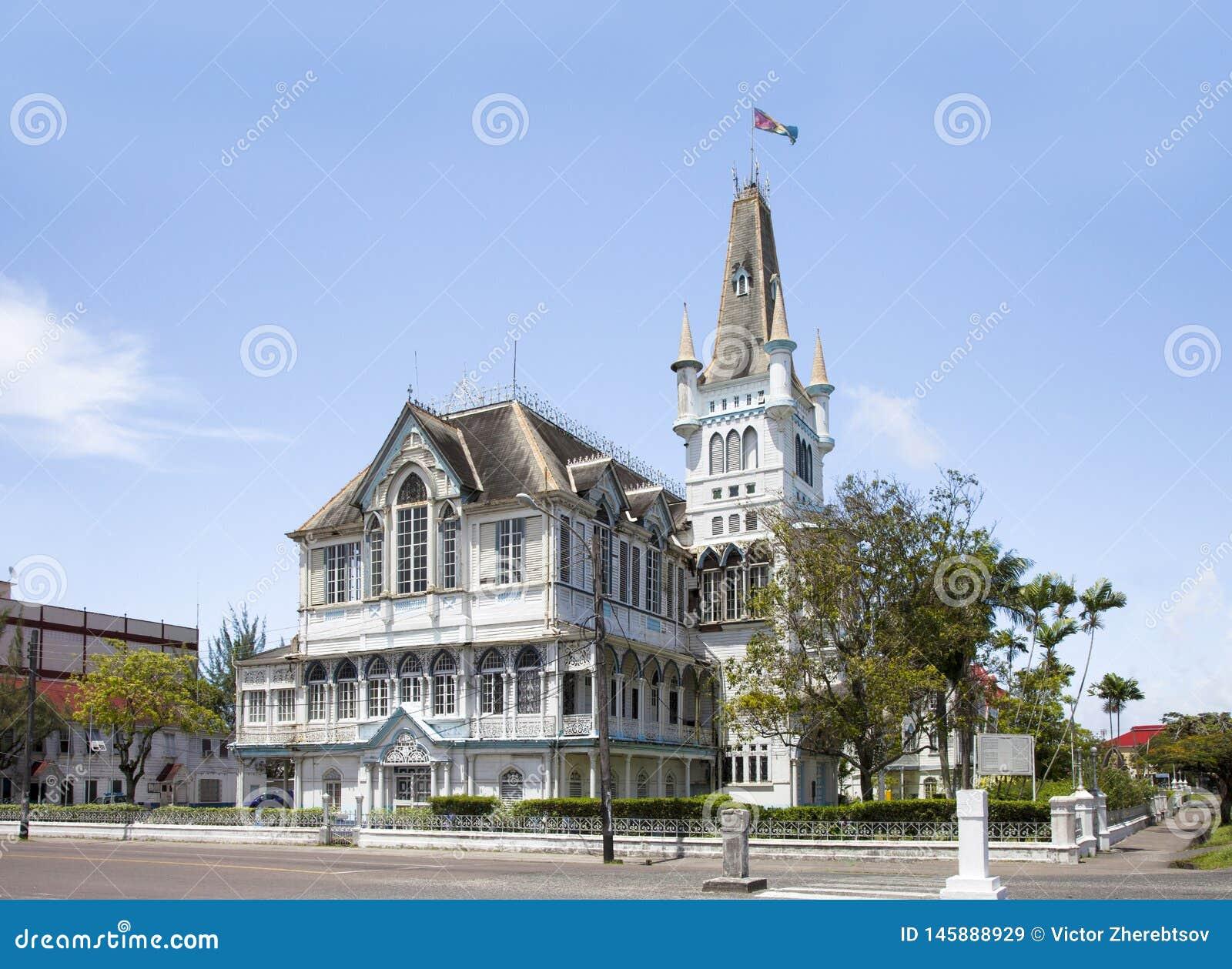 Взгляд старой, фантастическое здание со шпилем и башен, в готическом стиле