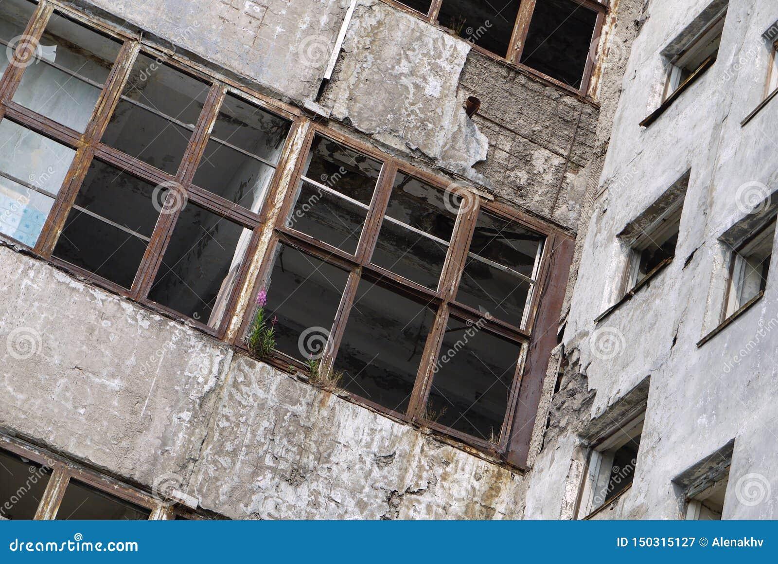 Взгляд стен и пустых окон получившегося отказ здания
