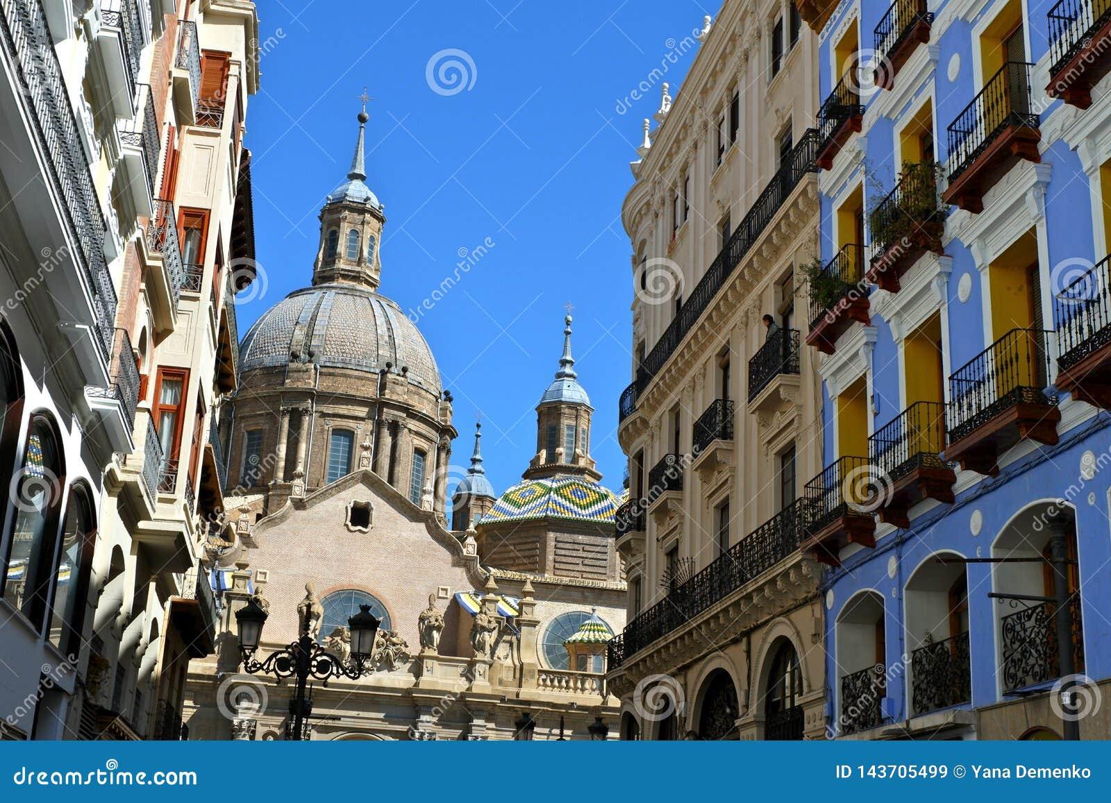 Взгляд с улицы Альфонс к собору El Pilar в Сарагосе