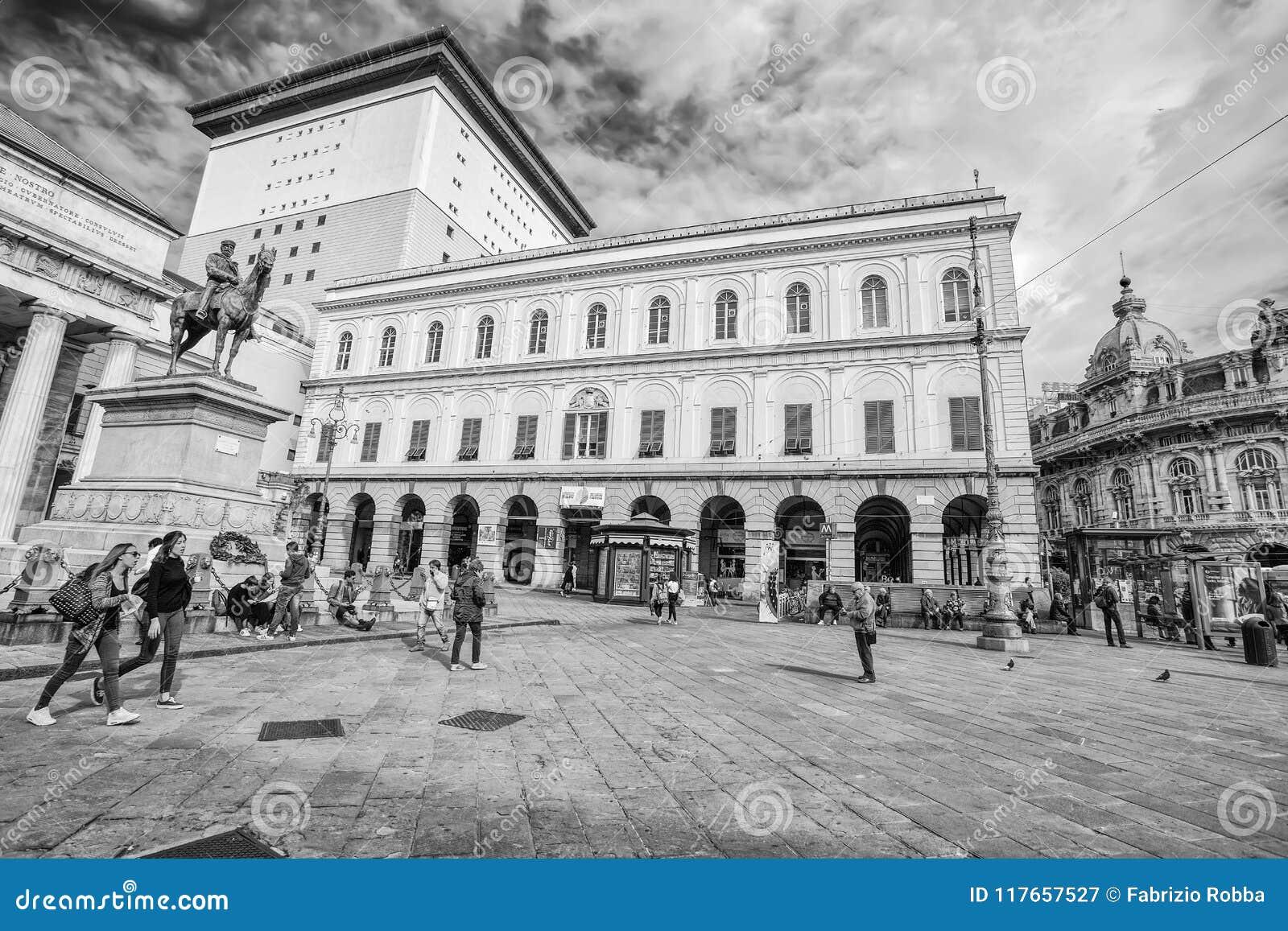 Взгляд театра Carlo Felice и статуи Garibaldi в De Феррари Квадрате в центре города Генуи Genova, Италии